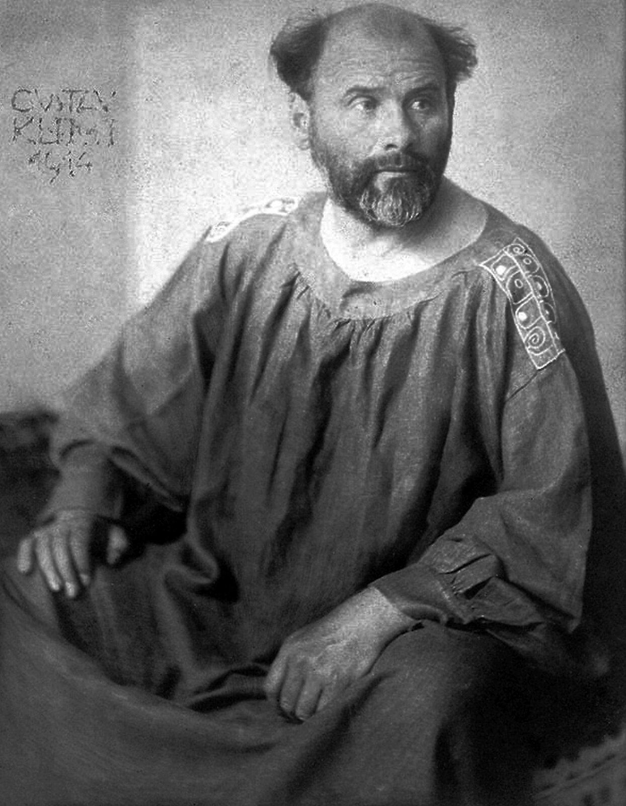 Ilustracja przedstawia portret Gustawa Klimty. Portret ukazuje mężczyznę wniechlujnej fryzurze, ubranego wswobodną szatę. Portret jest czarno-biały.