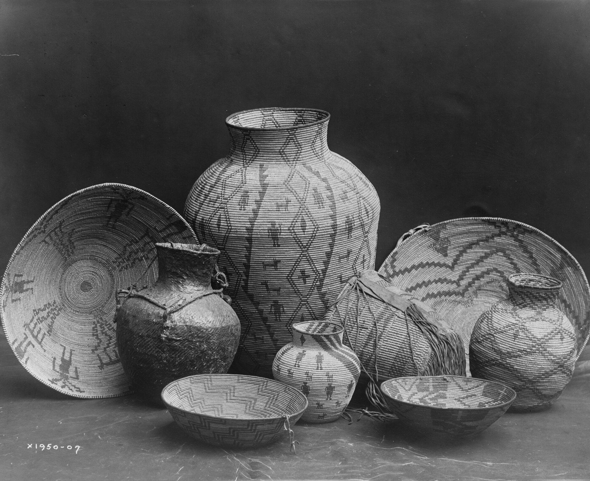 Martwa natura zkoszami Apaczów Źródło: Edward S. Curtis, Martwa natura zkoszami Apaczów, 1907, fotografia czarno-biała, domena publiczna.