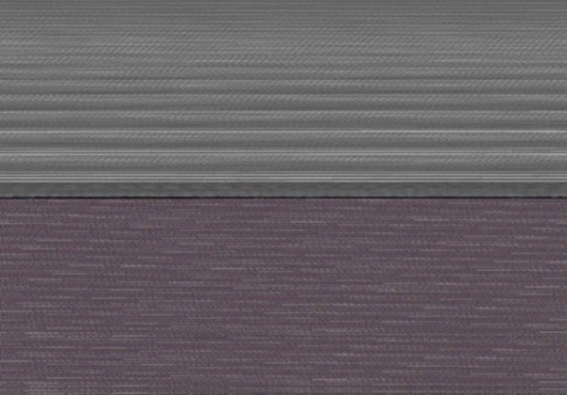 """Ilustracja przedstawia pracę Izabelli Retkowskiej """"Interferencje 17_d40a"""". Ukazuje podzielony na dwie części, poziomy prostokąt. Górną wypełniają szare, poziome pasy - na przemian jasne iciemne. Dolna część to fioletowe tło, na którym znajdują się jasnoszare, nierówne ikrótkie linie. Dwie części dzieli wpoziomie czarna, wyrazista linia."""
