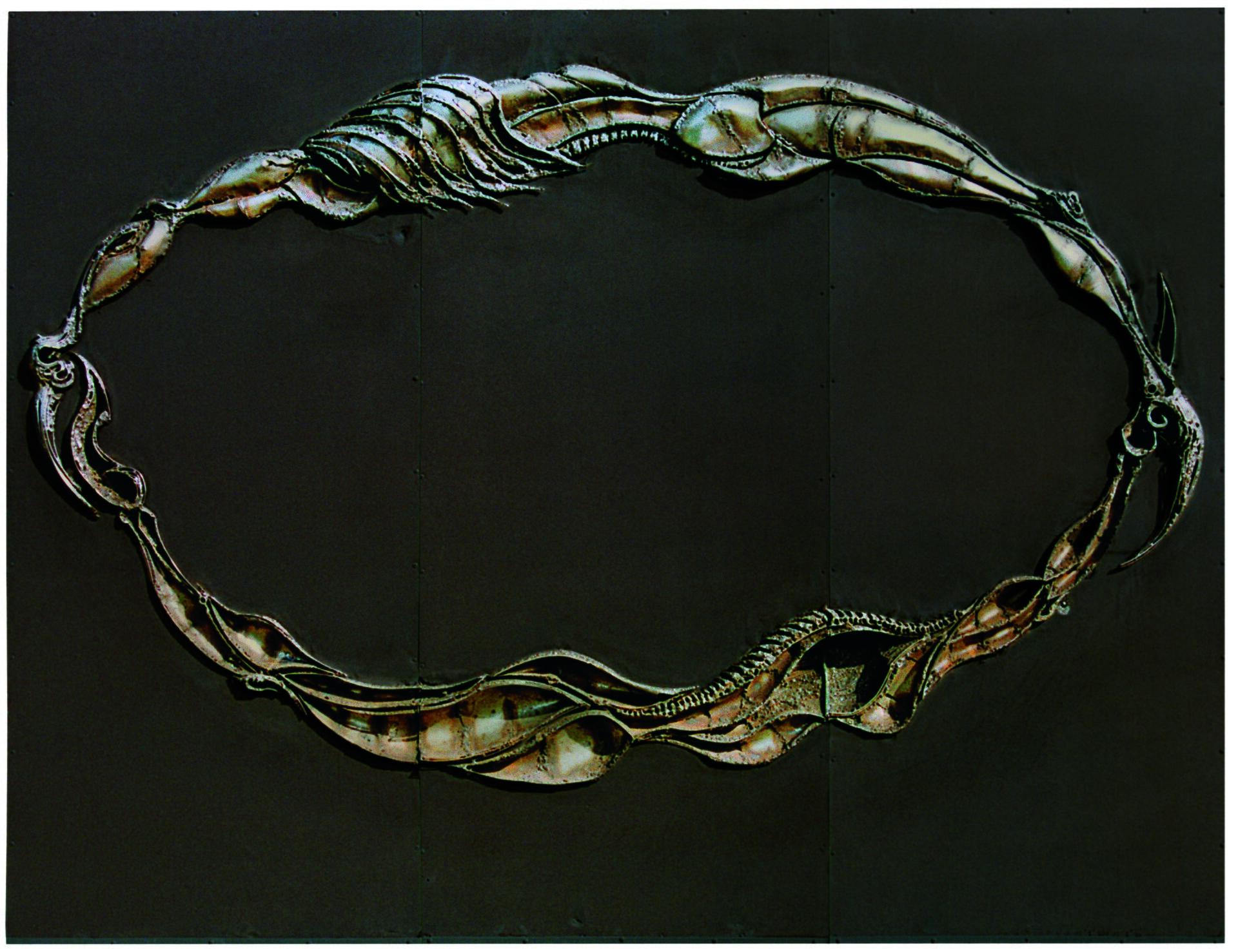 """Ilustracja przedstawia instalację """"Bez tytułu"""" zcyklu """"Upłaszczyznowienia"""" autorstwa Anny Wysockiej. Zdjęcie ukazuje płaskorzeźbę wykonaną zmetalu, przypominającą dużą bransoletę składającą się zobłych, morficznych kształtów. Metaliczna, złoto-brązowa, błyszcząca struktura obiektu wyłania się zciemno-grafitowego, matowego tła."""