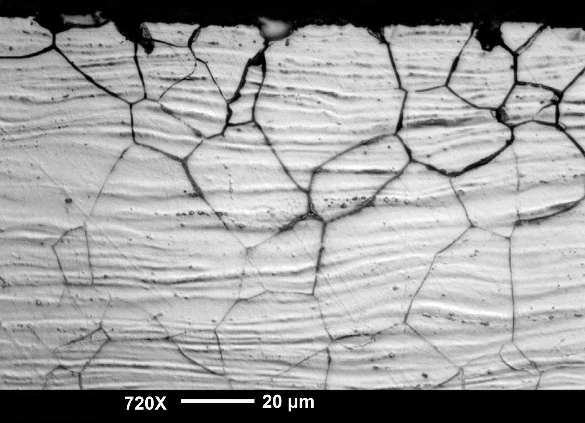 Zdjęcie powierzchni stali zgrzewanej wykonane za pomocą mikroskopu optycznego