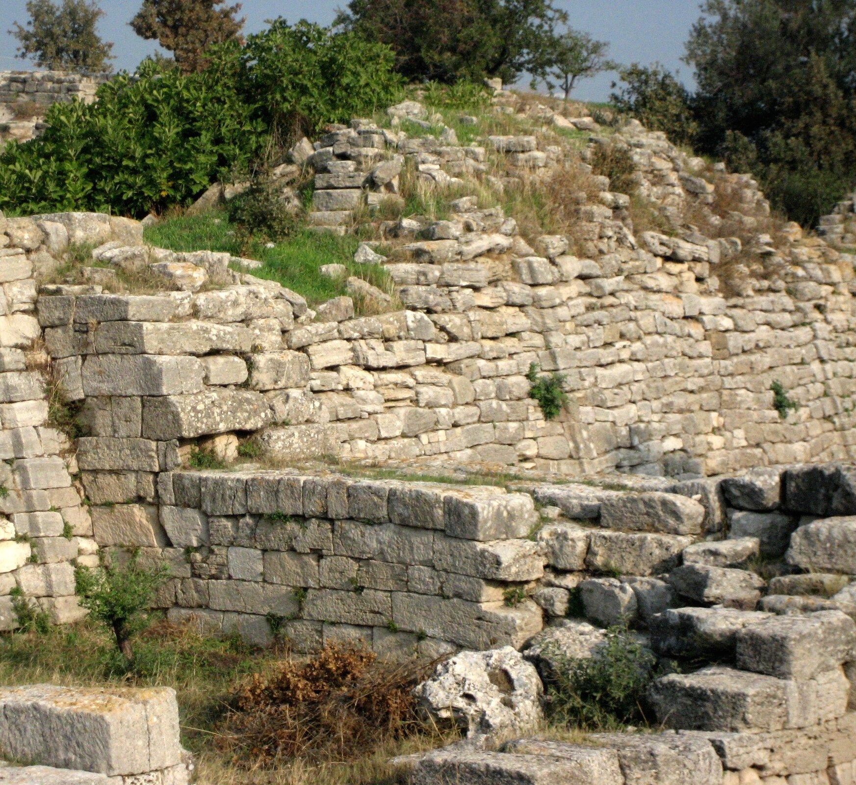 Odkopane przez Schliemanna mury Troi Odkopane przez Schliemanna mury Troi Źródło: ccarlstead, Wikimedia Commons, licencja: CC BY 2.0.