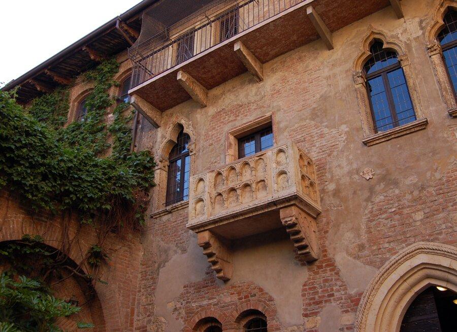 Praca własna, della casa di Giulietta aVerona, fotografia Pod balkon, na którym miała stać Julia podczas rozmowy zRomeem, przybywają do Werony co roku tysiące turystów… Źródło: Praca własna, della casa di Giulietta aVerona, fotografia.