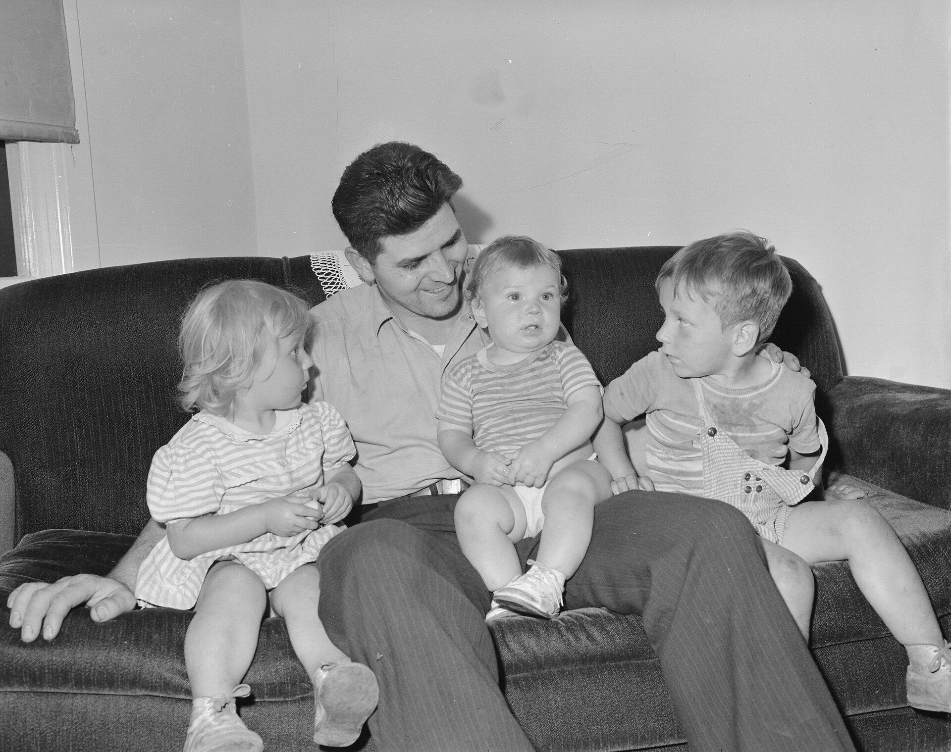 Ojciec ze swoimi dziećmi, ok. 1946 Ojciec ze swoimi dziećmi, ok. 1946 Źródło: Russell Lee, domena publiczna.