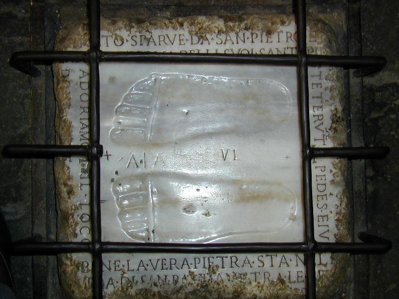 Ślady stópChrystusa pozostawione wmiejscu spotkania ze św. Piotrem, któryuciekał zRzymu przed prześladowaniami. Ślady stópChrystusa pozostawione wmiejscu spotkania ze św. Piotrem, któryuciekał zRzymu przed prześladowaniami. Źródło: Lalupa, licencja: CC 0, [online], dostępny winternecie: http://commons.wikimedia.org/wiki/Category:Quo_vadis [dostęp 6.11.2015 r.].