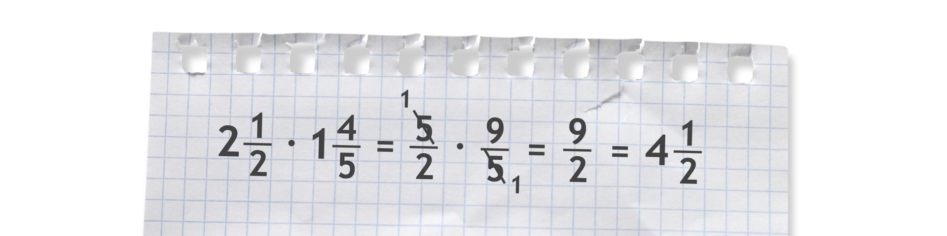 Przykład: dwie całe ijedna druga razy jedna cała icztery piąte równa się pięć drugich razy dziewięć piątych (po skróceniu przez pięć zlicznika imianownika ułamków liczby 5) równa się dziewięć drugich równa się cztery całe ijedna druga.