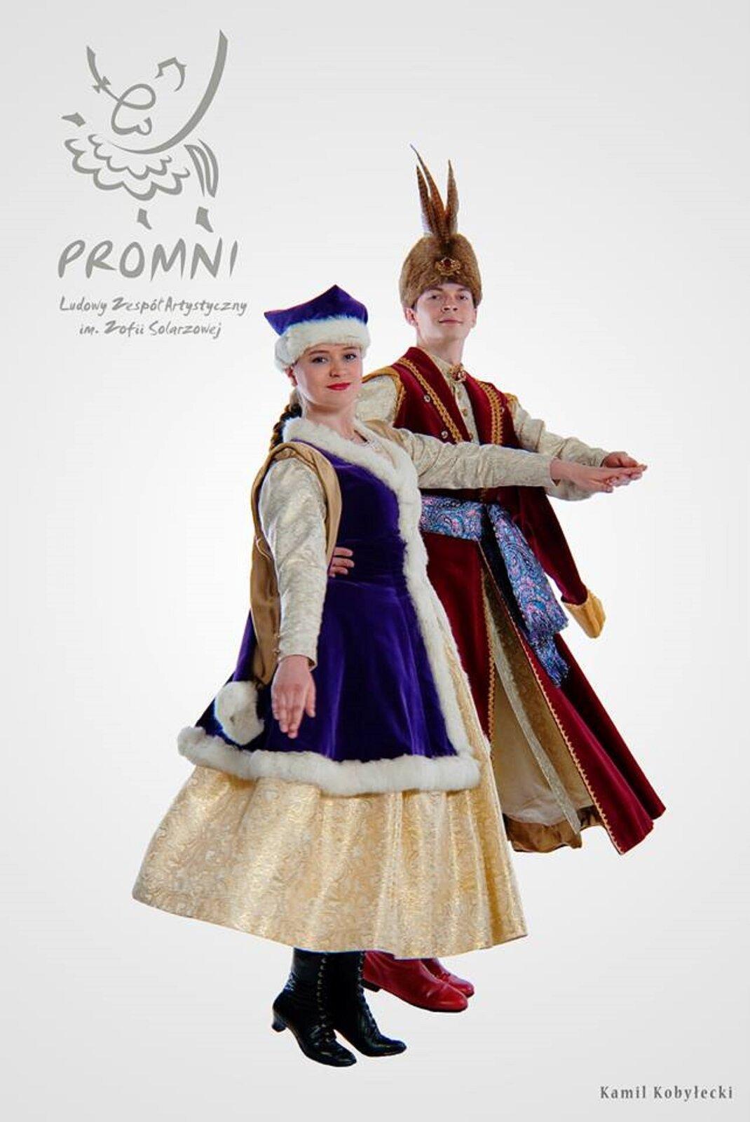 Na zdjęciu para ubrana wstrój kontuszowy, wktórym zazwyczaj tańczy się mazura. Kobieta ma suknie do łydki, płaszczyk obszyty futerkiem iczapeczkę, również obszytą futerkiem. Mężczyzna ubrany jest wkontusz, zozdobnym szerokim pasem, na głowie nosi futrzaną czapkę ozdobioną piórami.