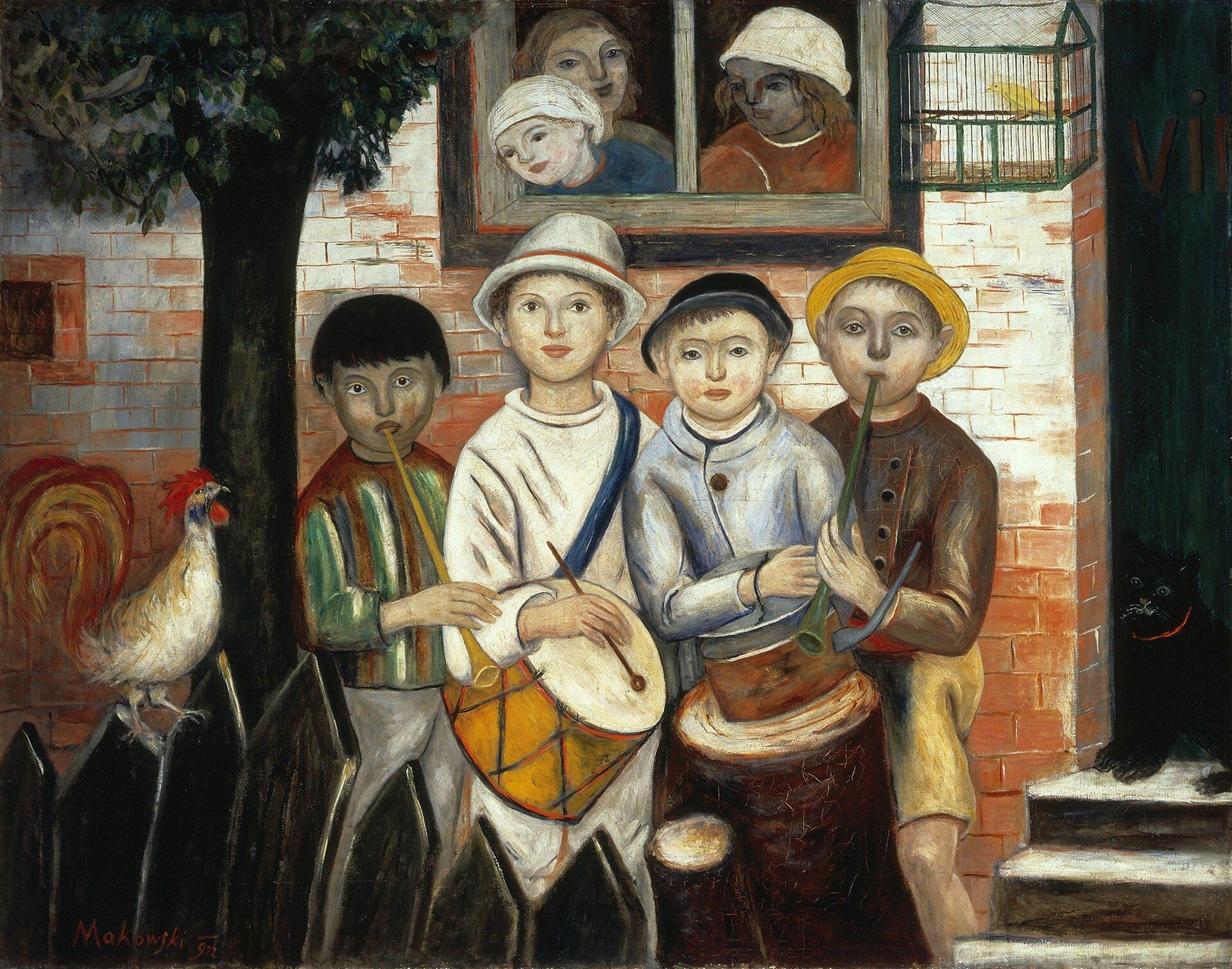"""Ilustracja przedstawia obraz pt. """"Kapela dziecięca"""" autorstwa Tadeusza Makowskiego. Na pierwszym planie obrazu, wjego centralnej części, ukazani są czterej chłopcy – mali artyści. Dwaj znich, stojący po bokach, grają na fujarkach, dwaj wśrodku – na bębenkach. Twarze chłopców ioczy zwrócone są wtym samym kierunku - na wprost. Zapewne ktoś chce ich utrwalić wtej właśnie pozie, oczym świadczy również pochylenie do środka grupy. Scena, na której występują artyści, ograniczona jest zlewej strony obrazu drzewem, azprawej – framugą drzwi. Kolory współgrają ze sobą. Twarz chłopca wżółtej czapeczce, stojącego po prawej stronie obrazu, odpowiada oświetlonemu fragmentowi muru, aciemny kolor włosów chłopca zajmującego miejsce po przeciwnej stronie współgra zkolorem pnia drzewa. Obecne są też inne kolory, np. zieleń liści drzewa, pasków na bluzie jednego zgrajków, drzwi, błękit ubranka jednego zchłopców. Na obrazie nie brakuje też bieli. Białe jest ubranie chłopca zbębenkiem, nakrycia głowy wyglądających przez okno widzów, atakże część muru oświetlonego słońcem. Na obrazie panuje pogodna, radosna atmosfera. Muzykowanie najwyraźniej sprawia dzieciom przyjemność – zdumą trzymają wrękach instrumenty, na których zapewne grają jakaś melodię, adźwięk instrumentów być może wzbogacony jest pianiem koguta. Na uwagę zasługuje też zamieszczona na murze, pomiędzy oknem adrzwiami, zielona klatka zkanarkiem. Przy drzwiach na progu siedzi czarny kot. Na obrazie dominują ciepłe kolory – głównie czerwień. Czerwony jest mur, pióra igrzebień koguta, bluzka postaci obserwującej grajków, czerwono-pomarańczowe są bębenki, nawet kot ma na szyi czerwoną obrożę. Na drugim planie znajduje się mur zczerwonej cegły iokno stanowiące tło dla grupy muzykantów. Wtymże oknie widoczne są trzy postacie wyglądające na podwórko. Przed małymi artystami, wlewym dolnym rogu widoczny jest fragment ciemnego, drewnianego płotu zsiedzącym na nim kogutem. To właśnie płot ikogut wskazują na miejsce zdarzenia – wieś."""