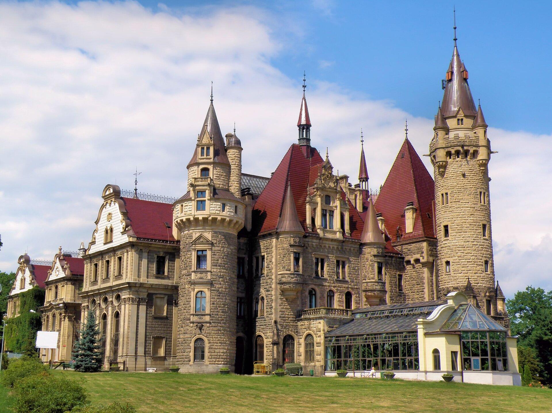 Zamek wMosznej Źródło: Bartosz Kamiński, fotografia barwna, licencja: CC BY-SA 3.0.