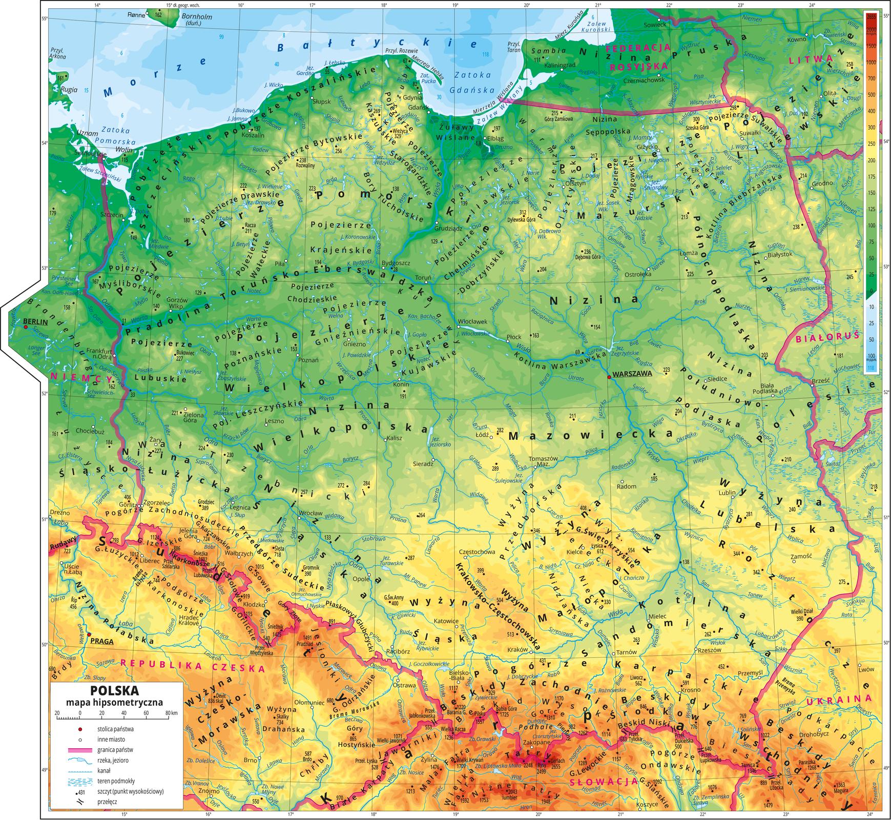Ilustracja przedstawia mapę hipsometryczną Polski. Wobrębie lądów występują obszary wkolorze zielonym, żółtym, pomarańczowym iczerwonym. Na północy przeważają obszary wkolorze zielonym przechodzące ku południowi wkolor żółty ipomarańczowy aż do czerwonego. Morza zaznaczono kolorem niebieskim . Na mapie opisano nazwy półwyspów, wysp, głównych nizin, wyżyn ipasm górskich, morza, zatok, zalewów, rzek ijezior. Na obszarze morza wwybranych miejscach opisano głębokości. Oznaczono białymi kropkami iopisano główne miasta, stolicę – Warszawę wyróżniono czerwoną kropką. Berlin iPragę również oznaczono wten sposób. Oznaczono czarnymi kropkami iopisano szczyty górskie. Różową wstążką oznaczono granice państw. Kolorem czerwonym opisano państwa sąsiadujące zPolską.Mapa pokryta jest równoleżnikami ipołudnikami. Dookoła mapy wbiałej ramce opisano współrzędne geograficzne co jeden stopień.Po prawej stronie mapy na górze wlegendzie umieszczono prostokątny pionowy pasek. Pasek podzielono na dwadzieścia trzy części. Ugóry – czerwony iciemnopomarańczowy, dalej pomarańczowy, jasnopomarańczowy iżółty, jasnozielony iciemnozielony, kolejno jasnoniebieski do ciemnoniebieskiego. Opisano izohipsy od zero metrów (poziom morza)do dwóch tysięcy metrów powyżej poziomu morza – wobrębie kolorów zielonych co dwadzieścia pięć metrów, wobrębie kolorów żółtych co pięćdziesiąt metrów, wobrębie kolorów pomarańczowych co sto, dwieście, trzysta ipięćset metrów. Wobrębie kolorów czerwonych opisano izohipsy tysiąc pięćset metrów nad poziomem morza idwa tysiące metrów nad poziomem morza.Na dole paska odcieniami koloru niebieskiego oznaczono głębokości mórz iopisano izobaty: dziesięć metrów poniżej poziomu morza, dwadzieścia pięć metrów poniżej poziomu morza, pięćdziesiąt metrów poniżej poziomu morza, sto metrów poniżej poziomu morza.Po lewej stronie mapy na dole wlegendzie umieszczono iopisano znaki użyte na mapie. Miasta oznaczono białą kropką, stolice – czerwoną kropką, granice państw – różową wstążką. Rzeki