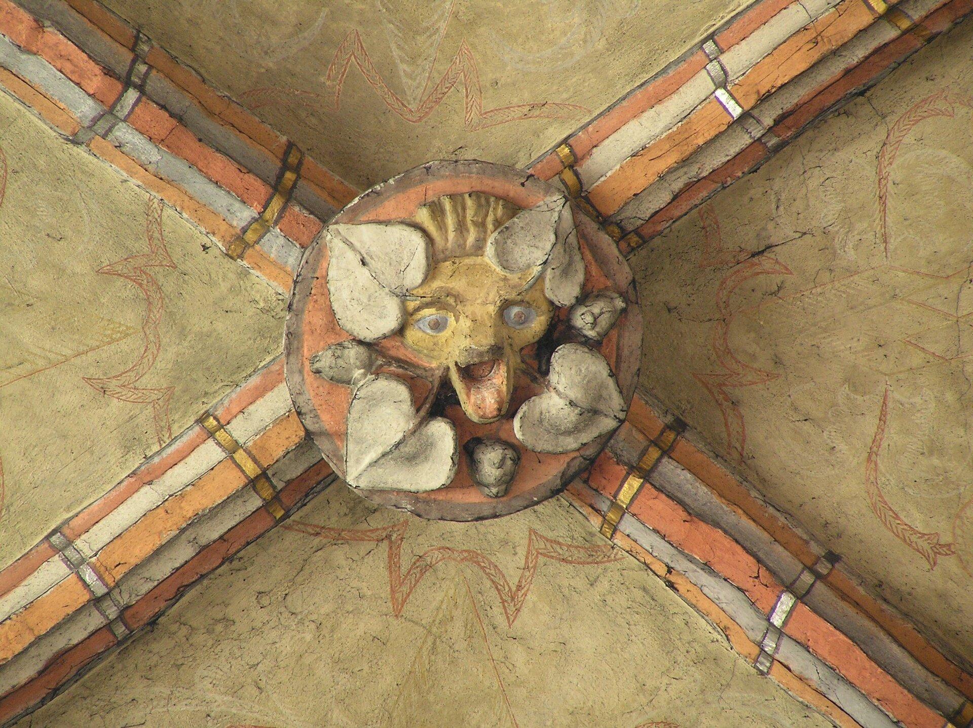 Chełmno, kościół Wniebowzięcia NMP, zwornik wnawie północnej Zwornik, nazywany też kluczem – środkowy, szczytowy kliniec łuku, wyróżniający się kształtem, wielkością idekoracyjnym opracowaniem. Może być wykonany zkamienia lub cegły, rzeźbiony, polichromowany lub/i złocony. Źródło: Chełmno, kościół Wniebowzięcia NMP, zwornik wnawie północnej, licencja: CC BY-SA 3.0.
