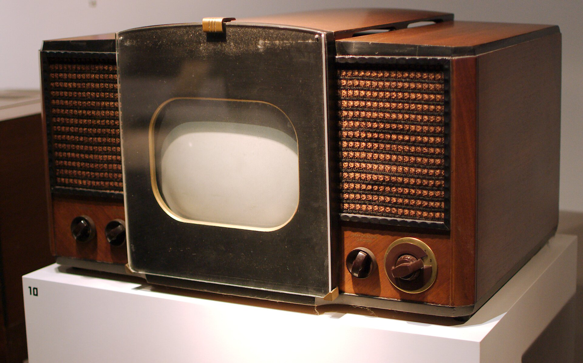 Jeden zpierwszych masowo produkowany telewizorów, sprzedawany w1946 i1947 roku. Źródło: Fletcher6, Jeden zpierwszych masowo produkowany telewizorów, sprzedawany w1946 i1947 roku., licencja: CC BY-SA 3.0.