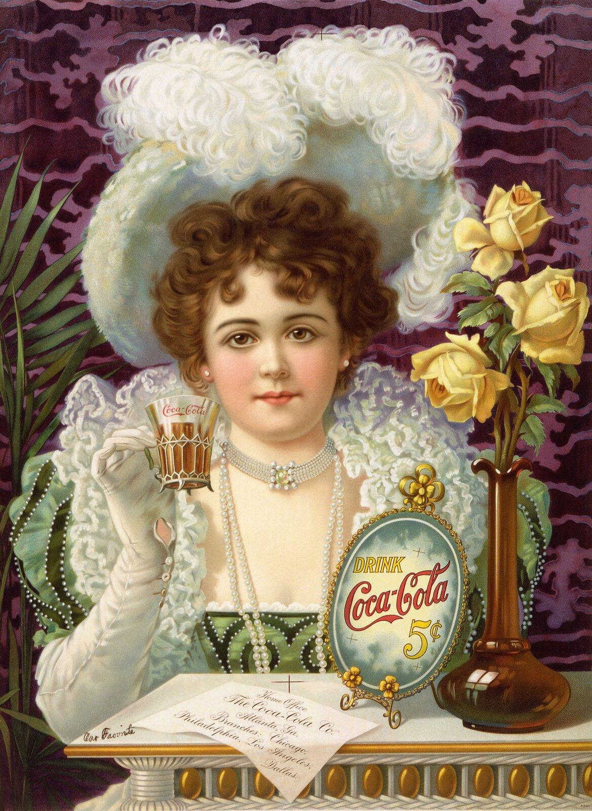 """Ilustracja przedstawia plakat reklamowy """"Drink Coca-Cola 5¢"""". Grafika ukazuje młodą kobietę pijącą ze szklaneczki napój. Cała praca stylizowana jest na barokowy obraz. Dziewczyna ma na sobie zieloną, bogato zdobioną suknię zdużym dekoltem, na ramiona zarzucony biały, falbaniasty szal, na głowie biały kapelusz zdwoma puszystymi piórami, spod którego wystają krótkie, falowane włosy. Prawą ręką wbiałej rękawiczce unosi do góry szklankę wmetalowym, ozdobnym koszyczku. Na szyi zapięty ma naszyjnik zpereł. Młoda kobieta ma delikatną, zaróżowioną twarz odużych, brązowych oczach. Przed nią znajduje się biały stolik ze złotymi zdobieniami, na którym stoi flakon zżółtymi różami oraz obrazek znapisem """"DRINK Coca-Cola 5¢"""" wozdobnej, okrągłej ramce. Przed obrazkiem leży karteczka zwykaligrafowanym napisem. Postać ustawiona jest na ciemno-różowym tle."""