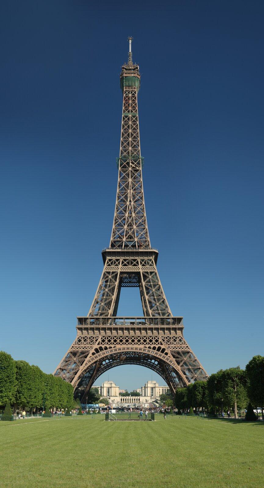 Na fotografii znajduje się wieża Eiffla, która znajduje się wParyżu. Jest ona wykonana zżelaza.