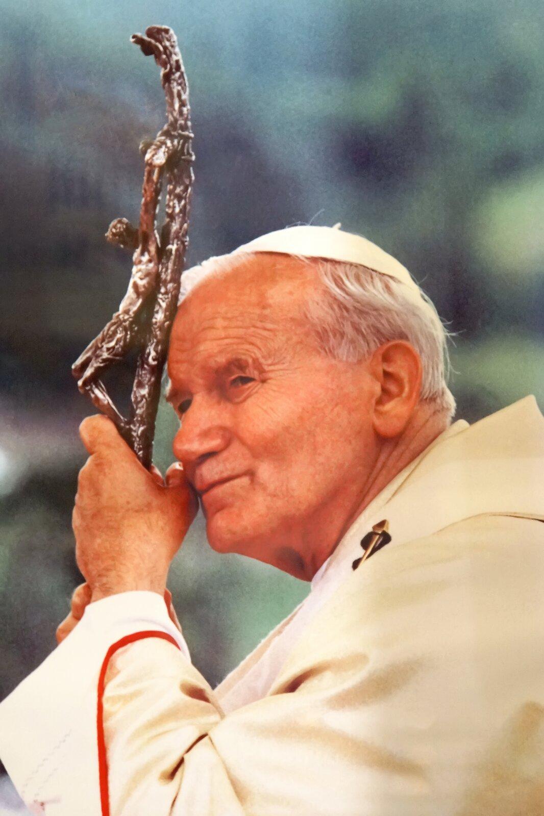 Jan Paweł II Źródło: Dennis Jarvis, Jan Paweł II, fotografia, licencja: CC BY-SA 3.0.