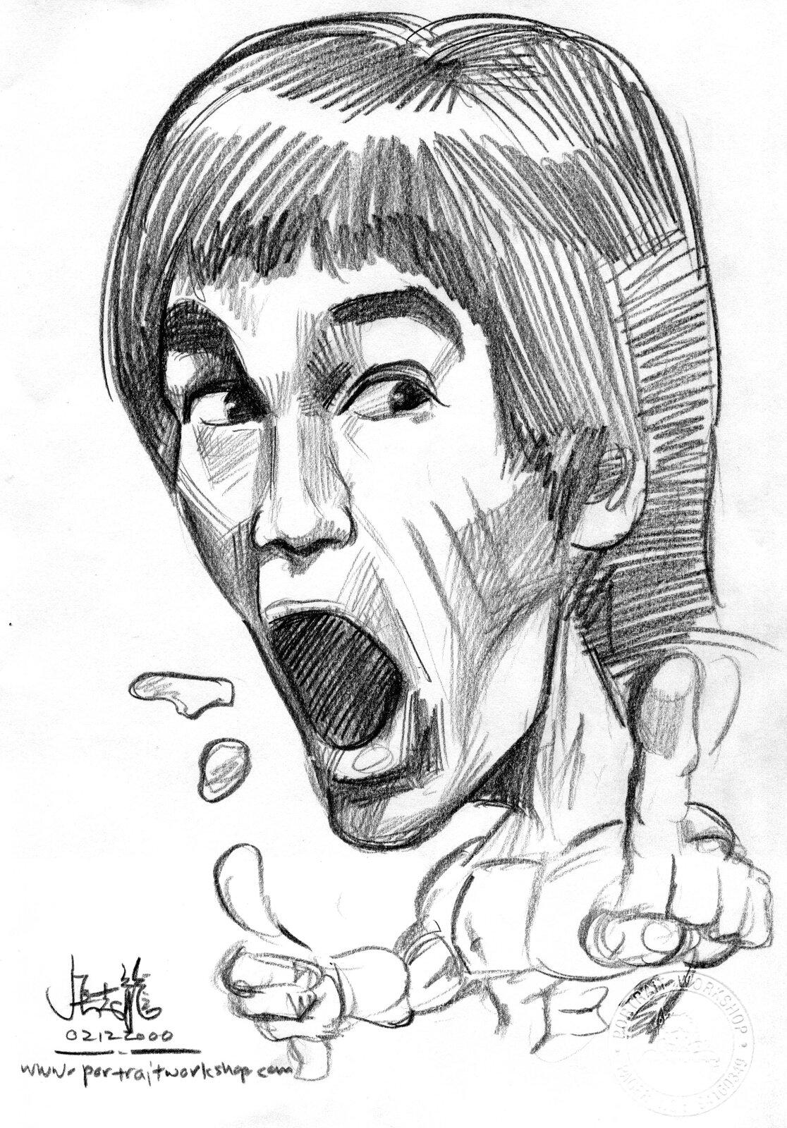 """Ilustracja przedstawia czarno-biały rysunek """"Bruce Lee"""" autorstwa Chong Jit Leonga. Artysta przy pomocy zdecydowanej kreski stworzył dynamiczny, karykaturalny portret mistrza sztuk walk. Duża głowa młodego mężczyzny góruje nad małym, umięśnionym, nagim torsem. Prawa ręka zwysuniętym palcem wskazującym wyciągnięta jest do przodu. Lewa ręka zpodniesionym kciukiem pokazuje gest """"OK"""". Postać uchwycona jest wtrakcie wydobywania okrzyku: usta są otworzone, natomiast brwi podniesione do góry. Artysta przy pomocy zdecydowanych, dynamicznych kresek ukazał światłocień na włosach oraz twarzy postaci. Tułów narysowany został konturowo. Wlewym, dolnym rogu  pracy widnieje data, adres www ipodpis artysty."""