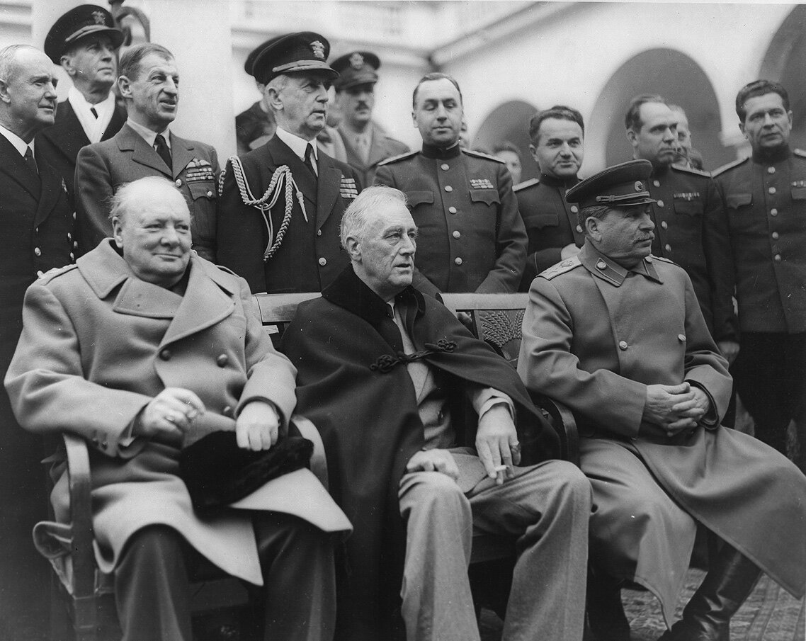 Winston Churchill, Franklin D. Roosevelt iJózef Stalin Źródło: Winston Churchill, Franklin D. Roosevelt iJózef Stalin, 1945, domena publiczna.