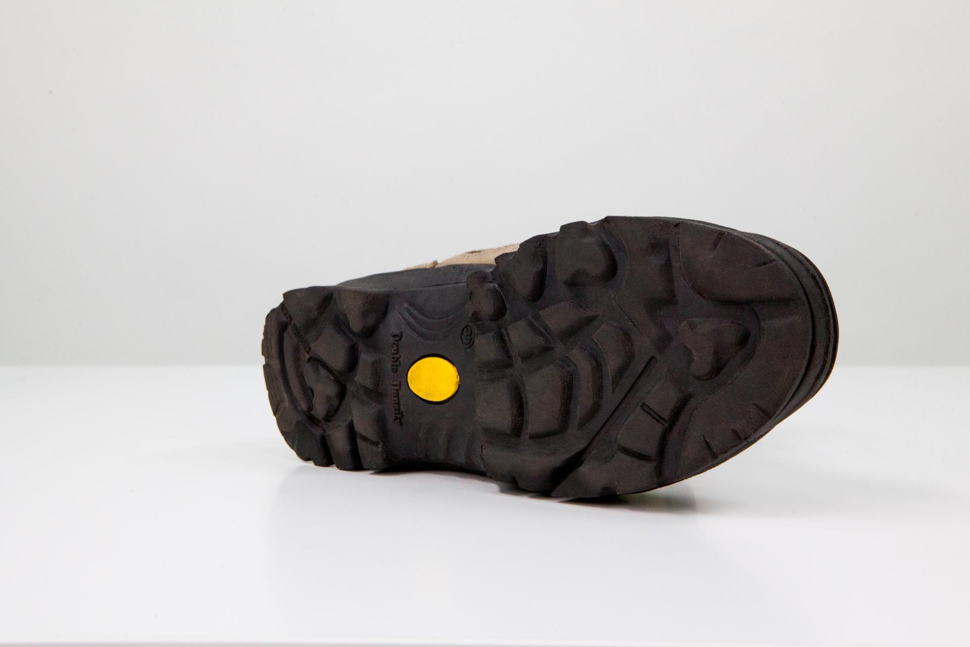 Zdjęcie buta zwidoczną spodnią częścią powierzchni zwyraźnym protektorem