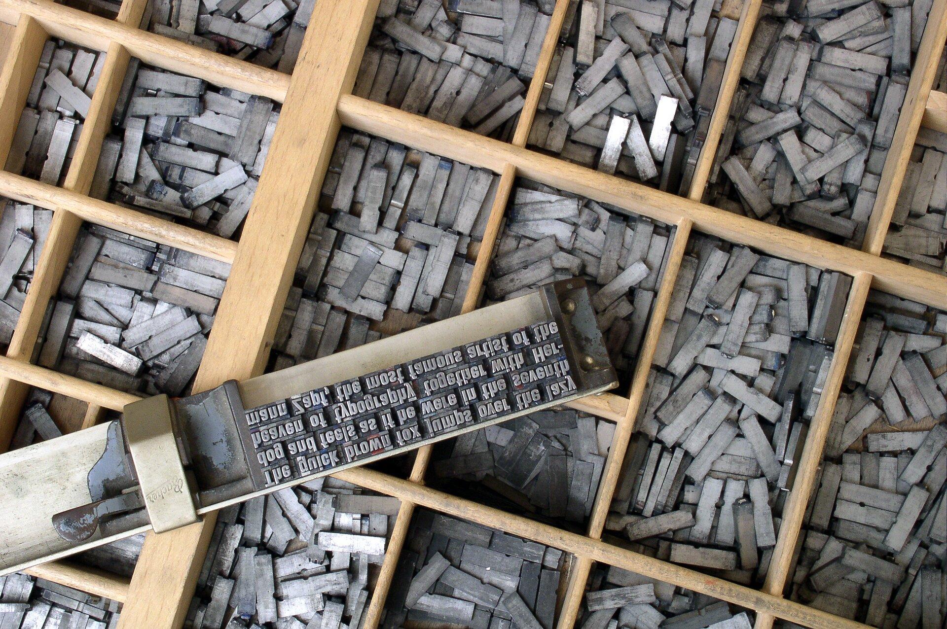 Czcionka drukarska Źródło: Willi Heidelbach, Czcionka drukarska, licencja: CC BY-SA 3.0.