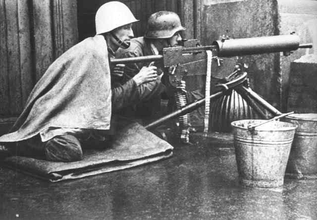 Powstańcomzaczęło brakować amunicji już wpierwszych dniach walk Powstańcomzaczęło brakować amunicji już wpierwszych dniach walk Źródło: domena publiczna.