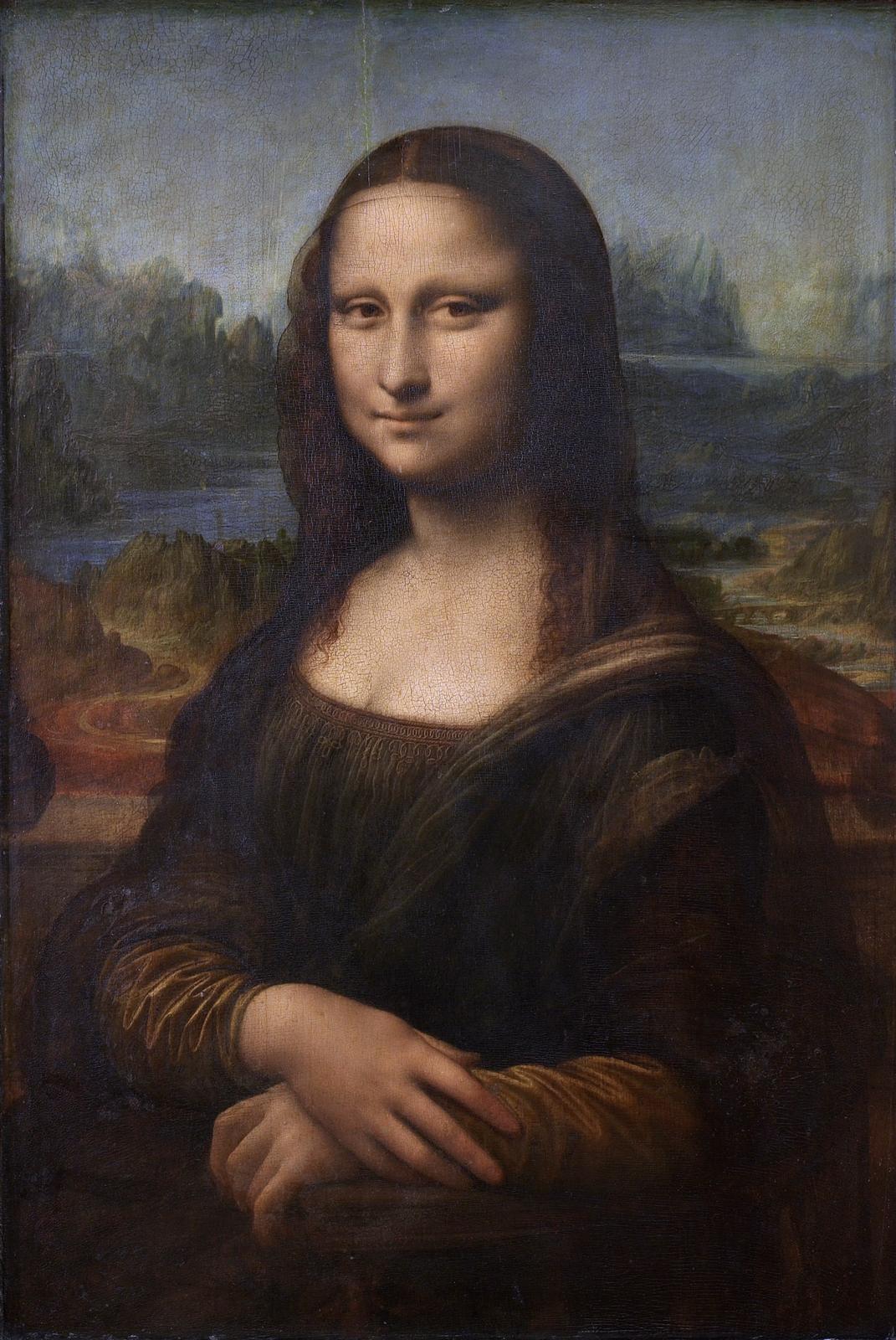 """Ilustracja przedstawia obraz olejny """"Mona Lisa"""" autorstwa Leonarda da Vinci. Dzieło ukazuje portret damy wsukni zciemno-zielonym gorsetem ibeżowymi rękawami. Na ramiona zarzucony ma niebieski płaszcz. Ciemne, drobno pofalowane włosy zprzedziałkiem pośrodku głowy okrywa czarny, przezroczysty woal. Prawa dłoń ułożona jest na lewej. Na twarzy kobiety rysuje się delikatny uśmiech. Spokojna, pełna dostojeństwa postać ukazana jest na dynamicznym tle pełnym zakoli rzek, krętych ścieżek iostrych szczytów pagórków. Dzieło utrzymane jest wwąskiej, ciemnej tonacji zdominacją ciepłych beży, zieleni oraz chłodnym błękitem wtle."""