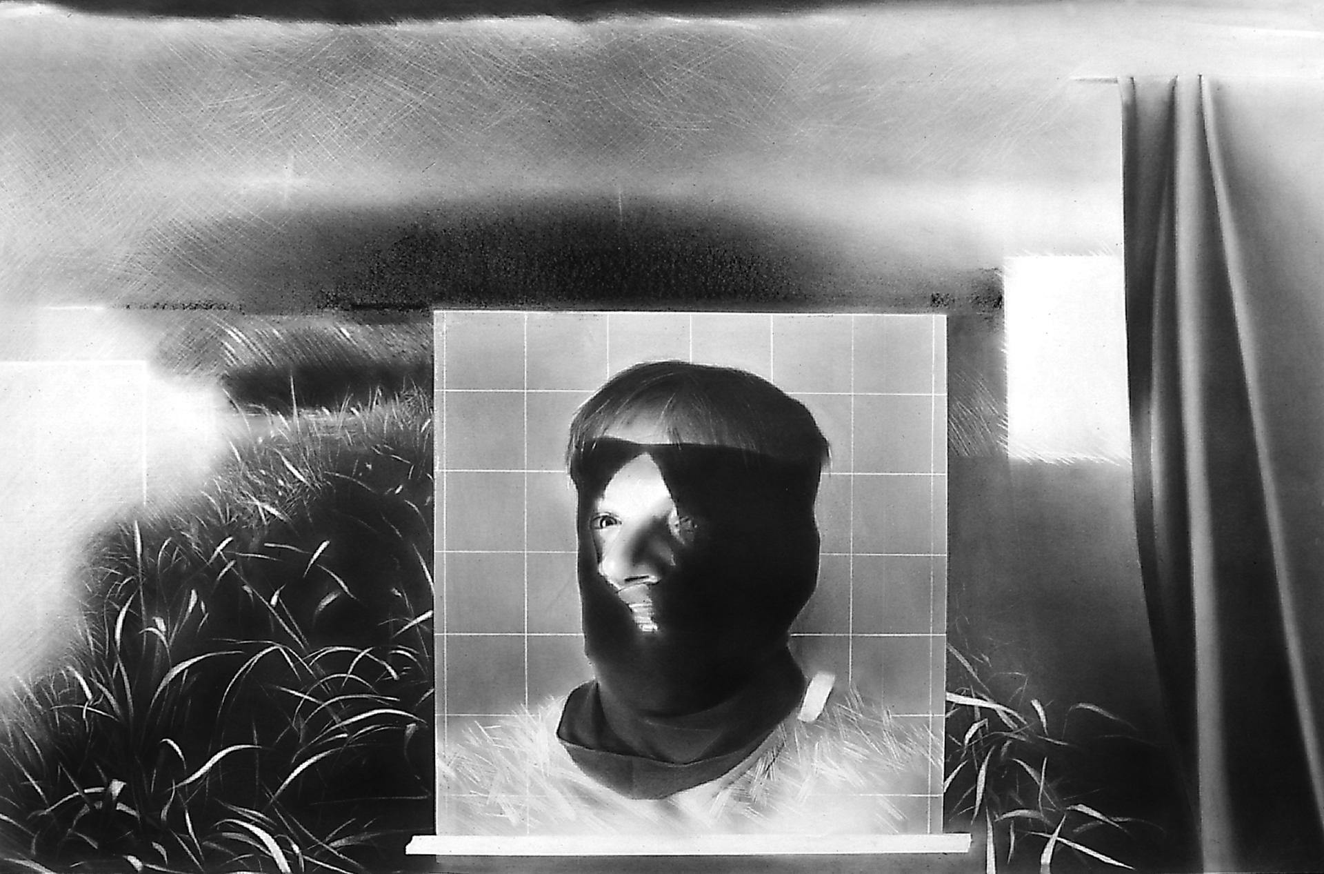 """Ilustracja przedstawia czarno - białą grafikę Jędrzeja Gołasia """"Tajemnica"""". Praca ukazuje mężczyznę wczarnej kominiarce. Postać ma częściowo odkrytą twarz ijest ukazana na tle kwadratu zbiałą siatką. Fragment tułowia wypełniony jest białymi kreskami, przypominającymi trawę. Po prawej stronie rozwieszona jest kotara. Tło wypełnia krajobraz ztrawą."""