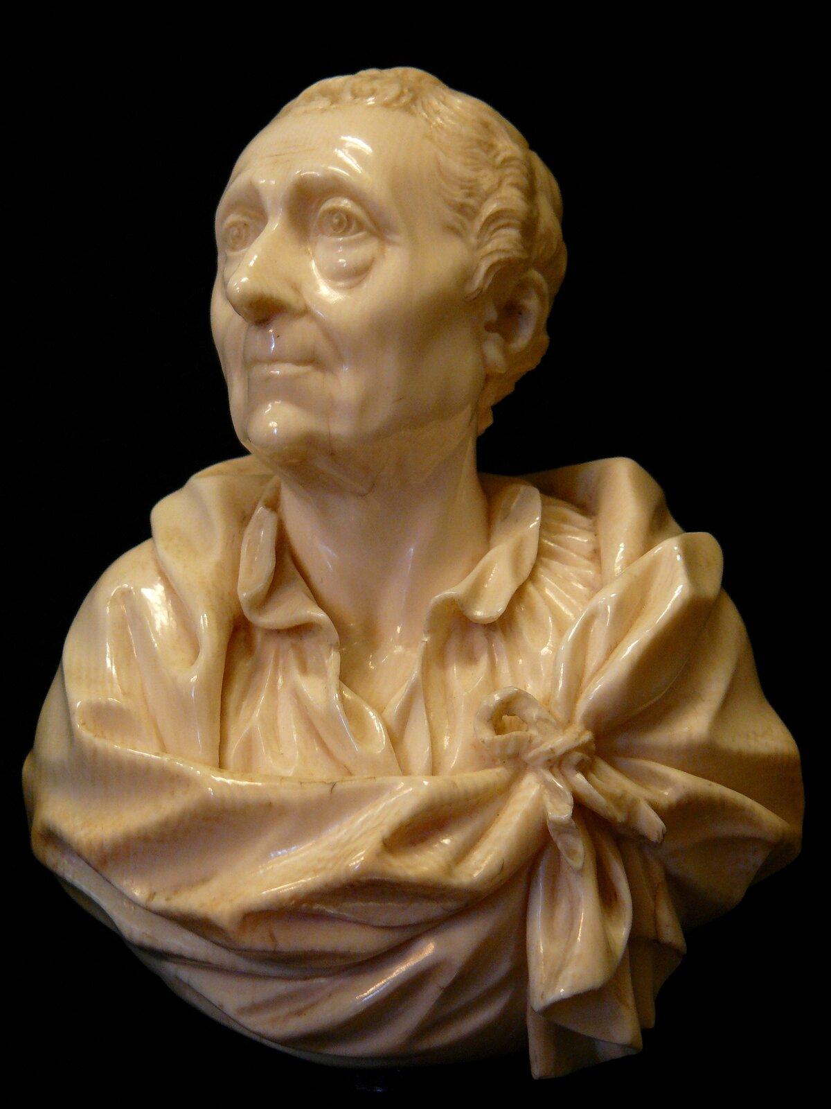 Monteskiusz Źródło: Siren-Com, Monteskiusz, Muzeum Luwr, licencja: CC BY-SA 3.0.