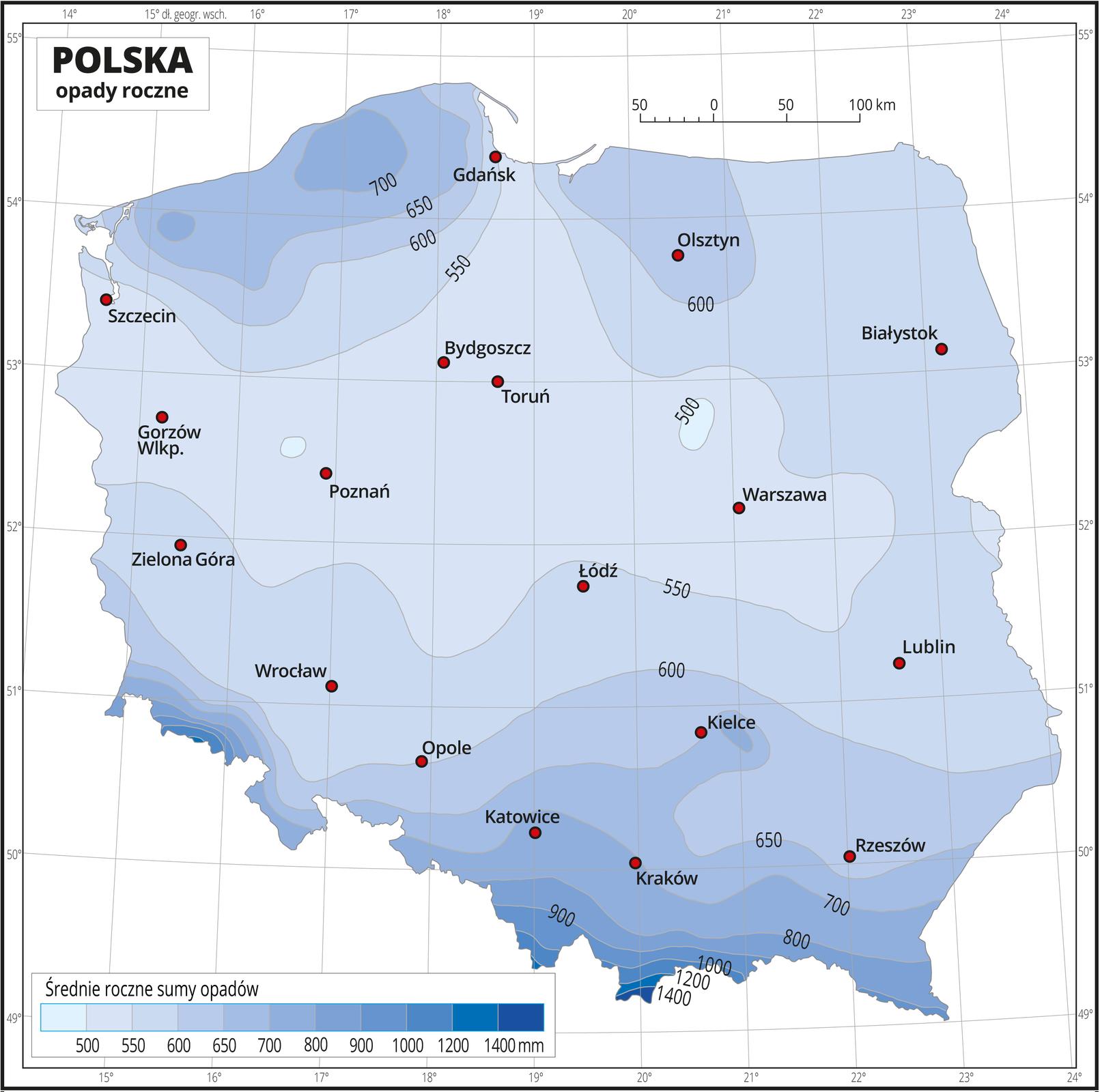 Ilustracja przedstawia mapę Polski. Na mapie odcieniami koloru niebieskiego zaznaczono średnie roczne sumy opadów. Na izohietach opisano średnie roczne sumy opadów. Centralną część mapy zajmuje kolor jasnoniebieski przechodzący wciemnoniebieski wkierunku północnym ipołudniowym. Najciemniejszy niebieski jest na południu. Czerwonymi punktami zaznaczono miasta wojewódzkie. Mapa pokryta jest siatką równoleżników ipołudników. Dookoła mapy jest biała ramka, wktórej opisane są współrzędne geograficzne co jeden stopień. Poniżej mapy wlegendzie umieszczono prostokątny poziomy pasek. Pasek podzielono na jedenaście części od jasnoniebieskich do ciemnoniebieskiego. Każda część paska obrazuje przedział średniej rocznej sumy opadów. Opisano izohiety od pięćset milimetrów do tysiąc czterysta milimetrów, początkowo co pięćdziesiąt milimetrów, powyżej siedemset milimetrów co sto milimetrów, apowyżej tysiąca milimetrów co dwieście milimetrów.