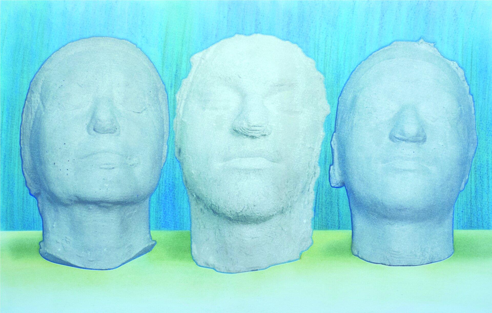 """Ilustracja przedstawia obraz """"Notatnik portretowy – obok siebie 7"""" autorstwa Witolda Pochylskiego. Wcentrum kompozycji ukazane zostały trzy rzeźby (być może odlewy) głów ozamkniętych oczach. Głowy ustawione są na jaskrawo-zielonej płaszczyźnie. Tło stanowi błękitna ściana pokryta pionowymi, niebieskimi kreskami rysunku. Praca utrzymana jest wwąskiej, chłodnej gamie błękitów igranatów zakcentem jaskrawej zieleni wdolnej partii obrazu."""