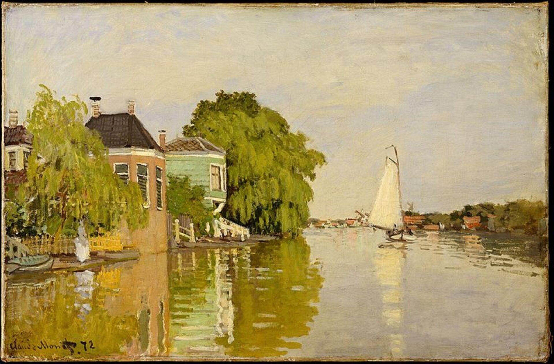"""Ilustracja przedstawia obraz Claude'a Moneta """"Domy nad Achterzaan"""". Ukazuje widok na szeroką rzekę, po której płynie żaglówka. Po lewej stronie znajdują się przyrzeczne budynki oraz drzewa zbujnymi koronami listowia. Wdali po prawej także rosną drzewa, zktórych wyłaniają się czerwone budynki. Nadbrzeżny pejzaż oraz biały żagiel łódki odbijają się wwodzie."""