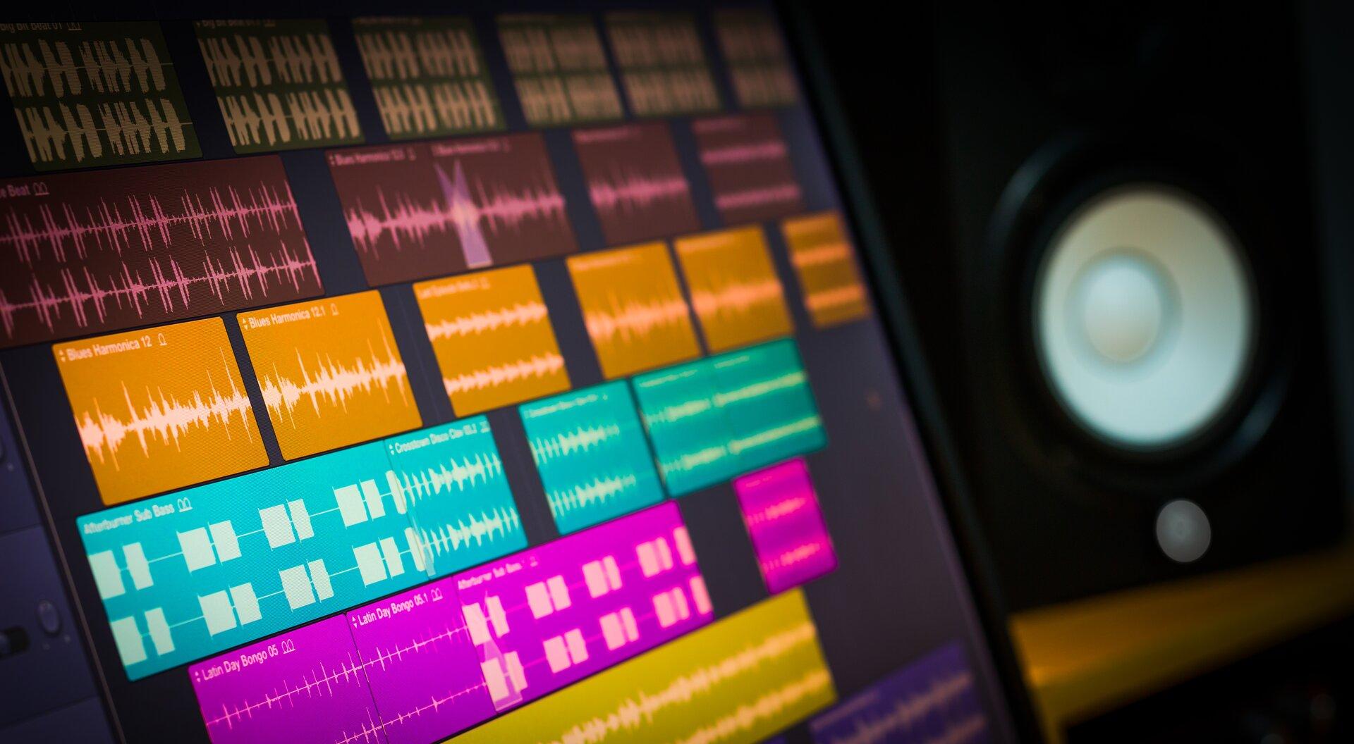 Ilustracja przedstawia ścieżki dźwiękowe na ekranie komputera.