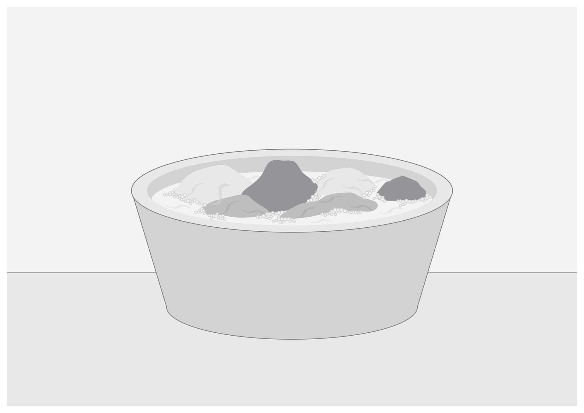 Ósma ilustracja wgalerii. Przedstawia czarno biały rysunek miski zwodą iznajdującym się wniej praniem ręcznym.