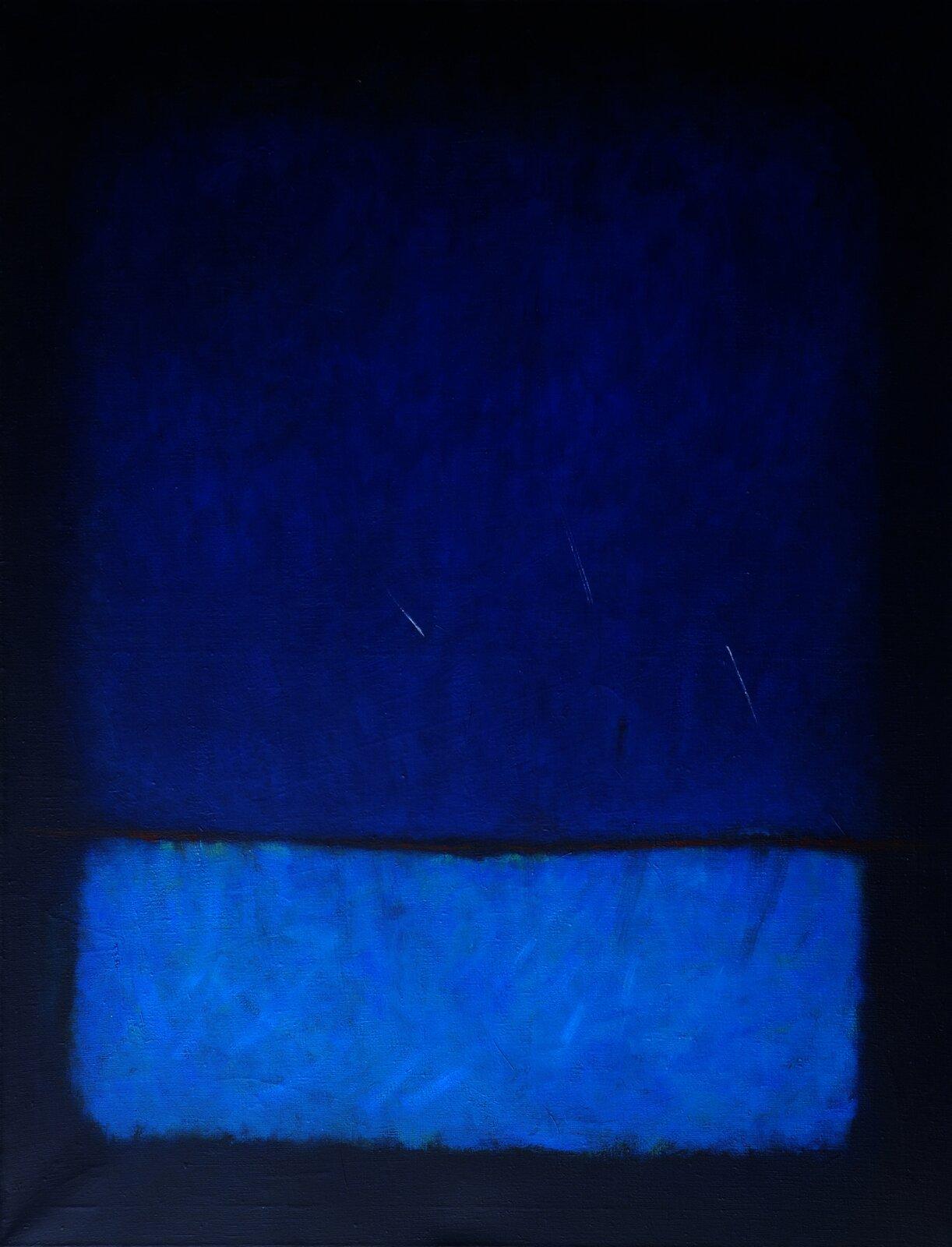 """Ilustracja przedstawia obraz olejny """"Obecność"""" autorstwa Mirosławy Rocheckiej. Na ciemno granatowym tle zostały namalowane luźnymi pociągnięciami pędzla, dwa niebieskie prostokąty onieregularnych krawędziach. Górny, ciemniejszy iwiększy prostokąt uszczytu miesza się zciemnym tłem, natomiast dolny, mniejszy wyraźnie wybija się swym jasnym, niemal kobaltowym kolorem na tle ciemnych granatów. Monochromatyczny obraz ogranicza się jedynie do trzech odcieni koloru niebieskiego."""