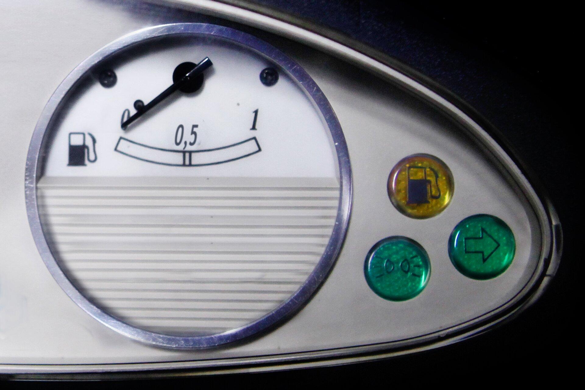 Zdjęcie wskaźnika benzyny wsamochodzie.