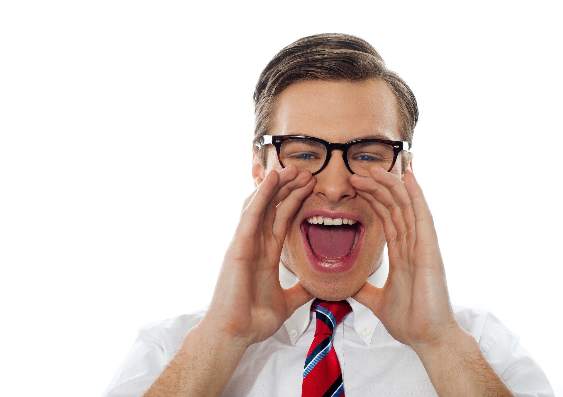 Zdjęcie przedstawia mężczyzne krzyczącego.