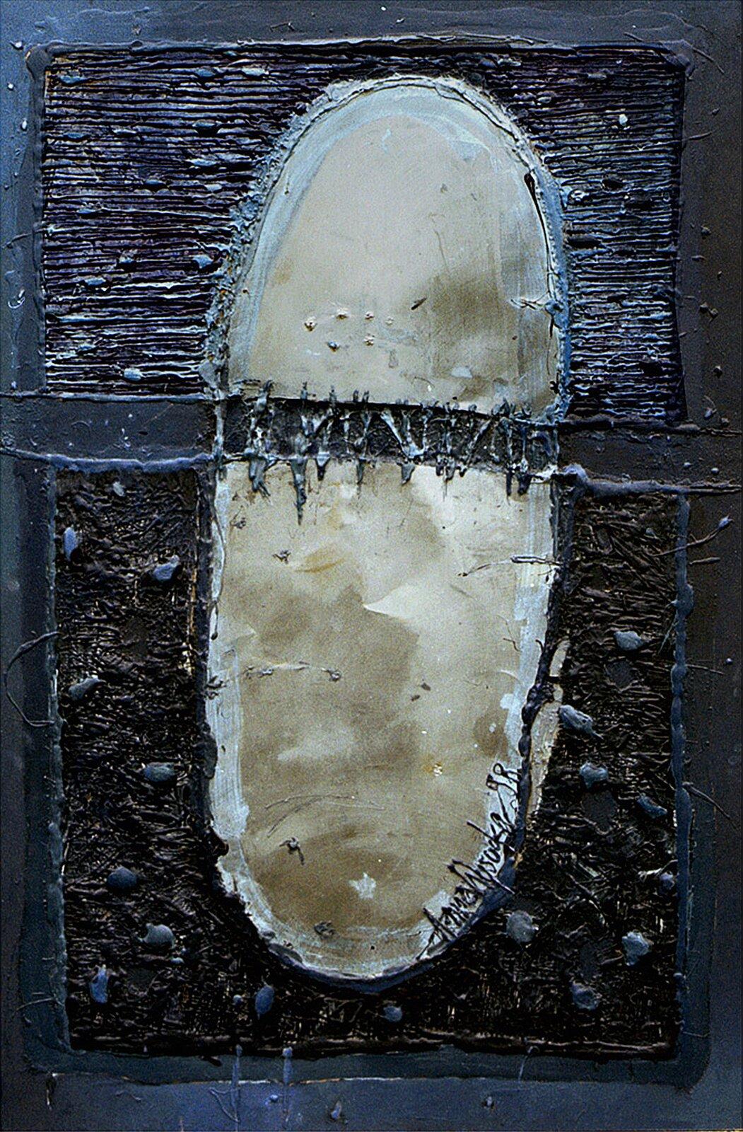 """Ilustracja przedstawia obraz """"Mandala"""" autorstwa Anny Wysockiej. Wcentrum abstrakcyjnej kompozycji znajduje się beżowy, podłużny kształt obwiedziony jasnym szerokim konturem zpodpisem Anna Wysocka 98. Obiekt umieszczony jest na ciemnym, granatowym tle składającym się zdwóch, namalowanych grubą fakturą prostokątów. Przerwa pomiędzy nimi przechodzi szerokim pasem przez beżowy kształt wcentrum obrazu, dzieląc go na dwie części tworzy wnim poszarpaną ciemną wyrwę. Praca utrzymana jest wchłodnej, ciemnej tonacji zdominantą jasnego beżu wcentrum kompozycji."""