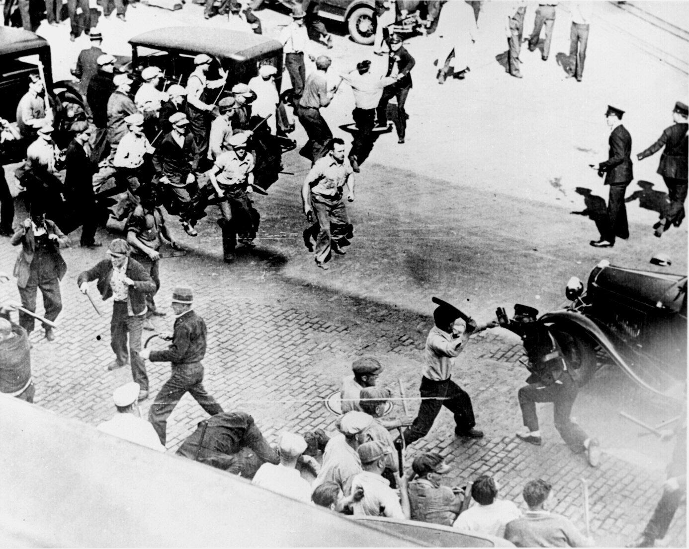 Otwarta walka między strajkującymi woźnicami, apolicją wMinneapolis Źródło: Otwarta walka między strajkującymi woźnicami, apolicją wMinneapolis, 1934, National Archives and Records Administration, domena publiczna.