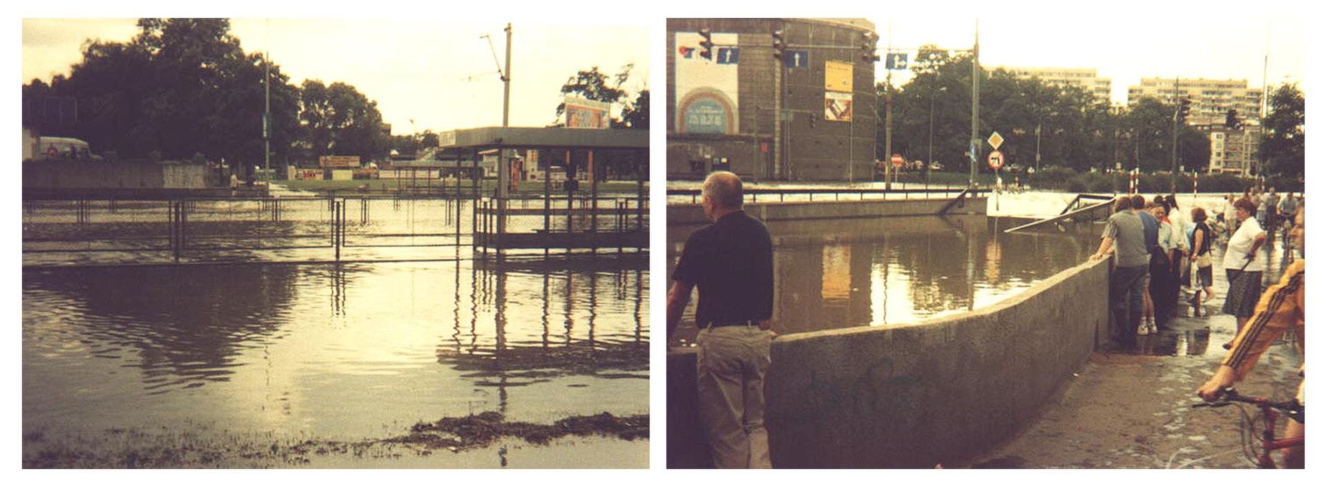Ilustracja zawiera dwa zdjęcia przedstawiające miasto podczas powodzi na przykładzie Wrocławia latem tysiąc dziewięćset dziewięćdziesiątego siódmego roku. Na lewym zdjęciu pogodny dzień, zalane ulice, tory tramwajowe, przystanek tramwajowy ichodniki prezentowane zperspektywy chodnika lub nieco dalszej. Wtle niskie pawilony izielone drzewa. Na zdjęciu po prawej widoczni są przechodnie imieszkańcy przyglądający się zalanej ulicy. Na środku kadru zalane schody do przejścia podziemnego isamo przejście, obecnie wpostaci wielkiej zalanej dziury. Wtle bloki mieszkalne oraz okrągły duży budynek po lewej stronie. Nad zalanymi ulicami widoczne oświetlenie sygnalizacyjne nad skrzyżowaniem, obecnie wyłączone.