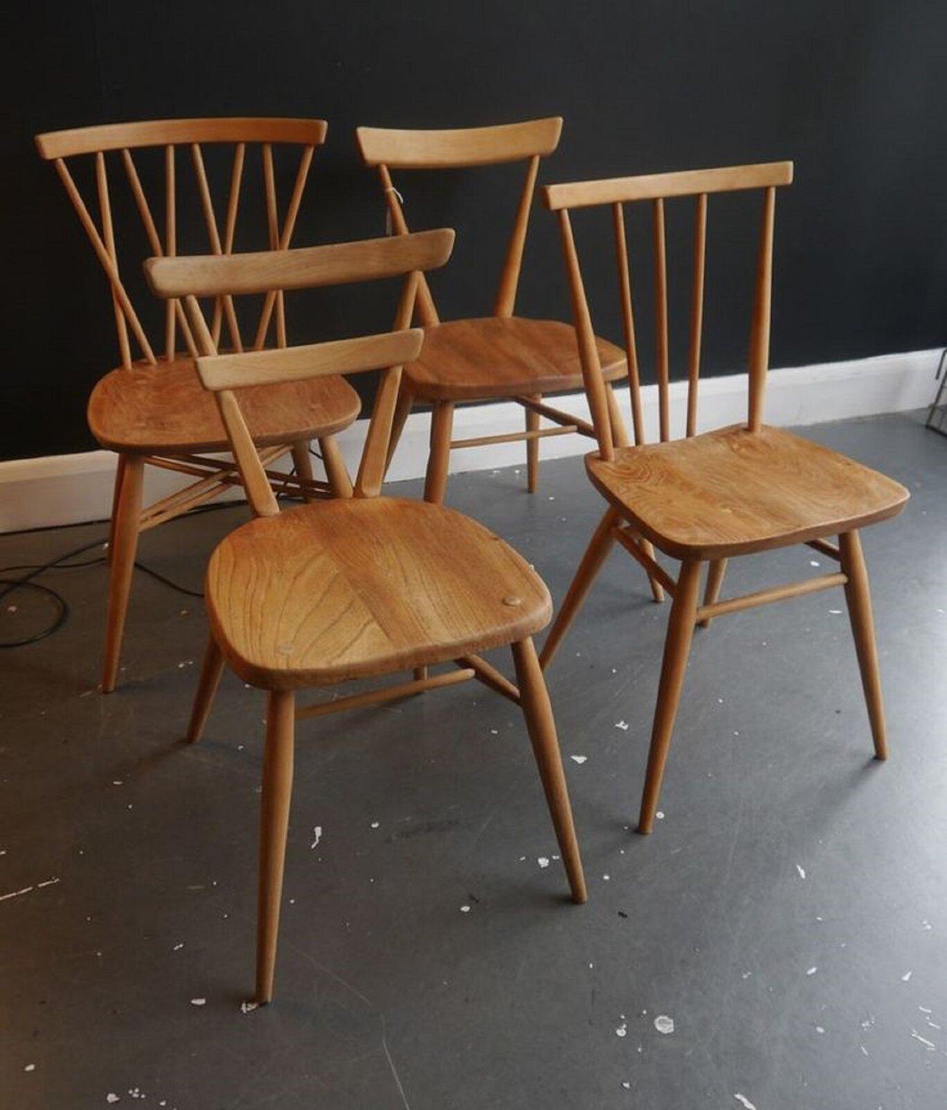 Fotografia nieznanego autora przedstawia cztery drewniane krzesła znajdujące się wsali. Krzesła mają różne oparcia isiedziska. Stoją one na szarej pobrudzonej od farby podłodze. Wtle widoczna jest czarna ściana.