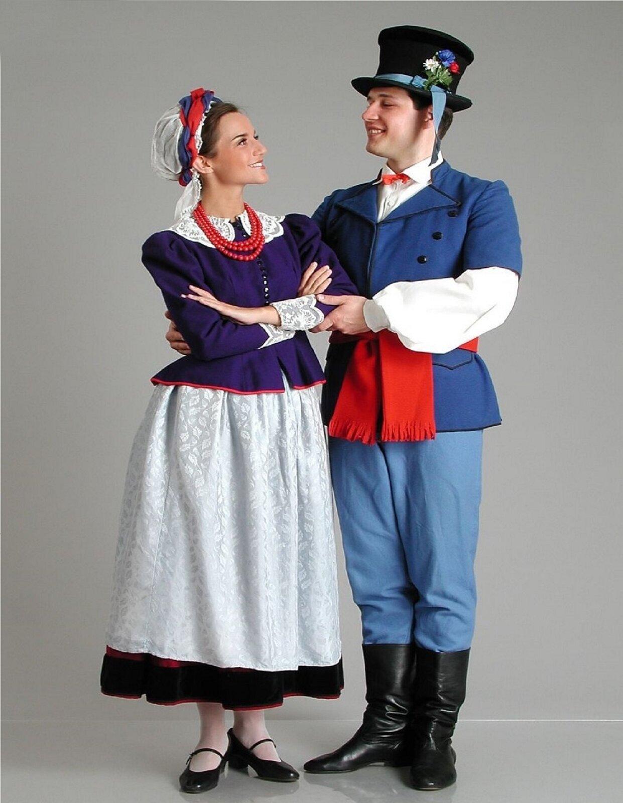 Na ilustracji para wstroju kujawskim. Chłopak ma na głowie wysoki czarny kapelusz zbłękitną wstążką ikwiatami. Na białej lnianej koszuli, nosi katankę, czyli kamizelkę bez rękawów, długą do bioder, uszytą zgranatowej tkaniny. Katanę zdobi ponadto czerwony wełniany pas, związany wmisterny węzeł. Sukienne niebieskie spodnie chłopak nosi wpuszczone wwysokie skórzane buty. Kujawianka na białej koszuli ma sukienny kaftanik dopasowany wtalii. Dziewczyna nosi jednocześnie trzy spódnice. Spódnice spodnie, szyte zbarchanu ipłótna, pełnią rolę halek. Opasana jest fartuszkiem zwanym zapaską. Nakryciem głowy biała chusta ozdobiona niebieską iczerwoną wstążką.