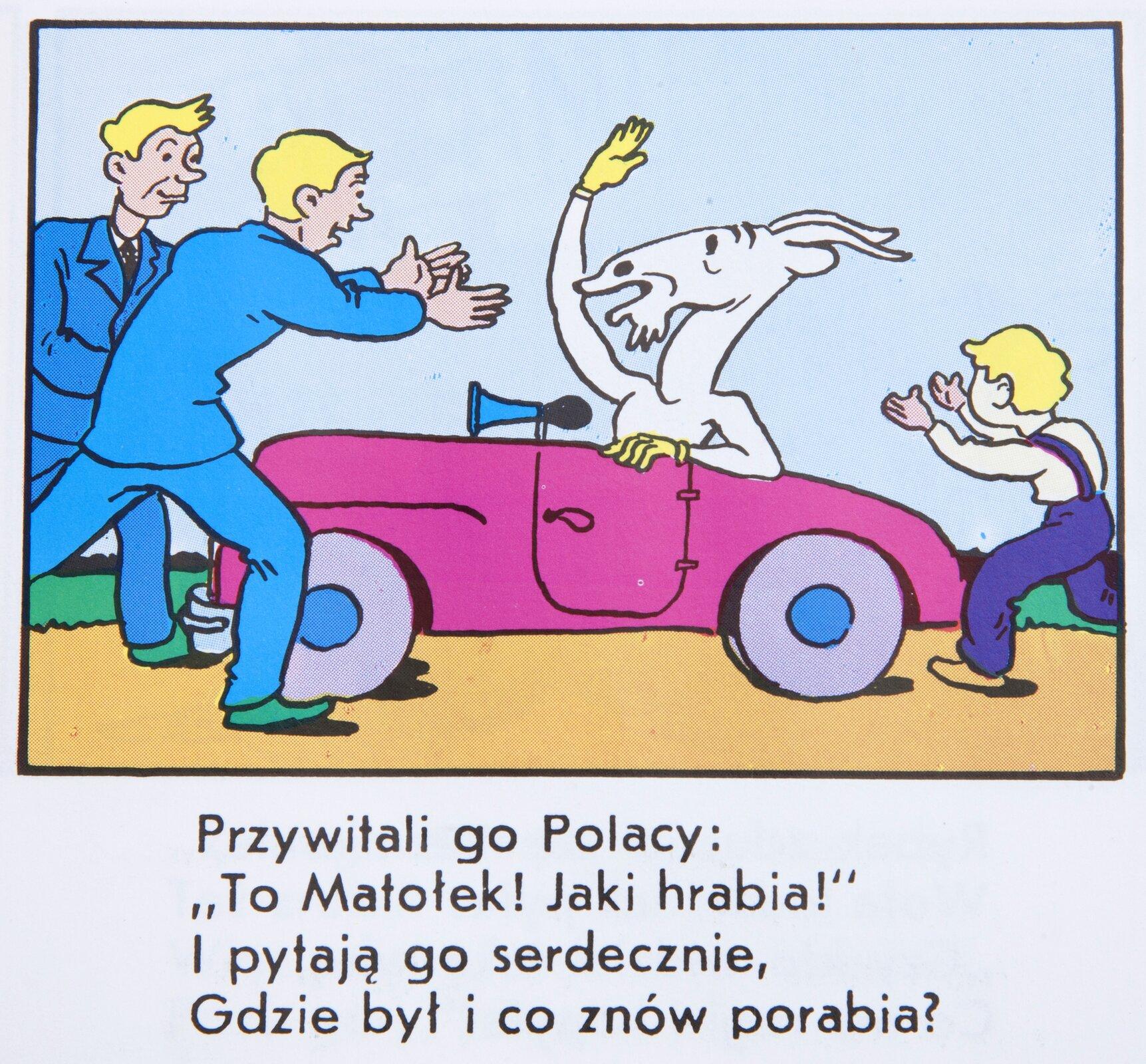 """Ilustracja przedstawia fragment komiksu  """"Koziołek Matołek"""". Koziołek znajduje się wróżowym samochodzie. Przed samochodem, wkierunku Koziołka Matołka podąża dwóch mężczyzn wniebieskich garniturach. Jeden ma wyciągnięte ręce na powitanie. Ztyłu auta widać także biegnącego chłopca wstronę Koziołka. Poniżej ilustracji umieszczony jest tekst: """"PRZYWITALI GO POLACY: """"TO MATOŁEK! JAKI HRABIA!"""" IPYTAJĄ GO SERDECZNIE, GDZIE BYŁ ICO ZNÓW PORABIA?"""""""