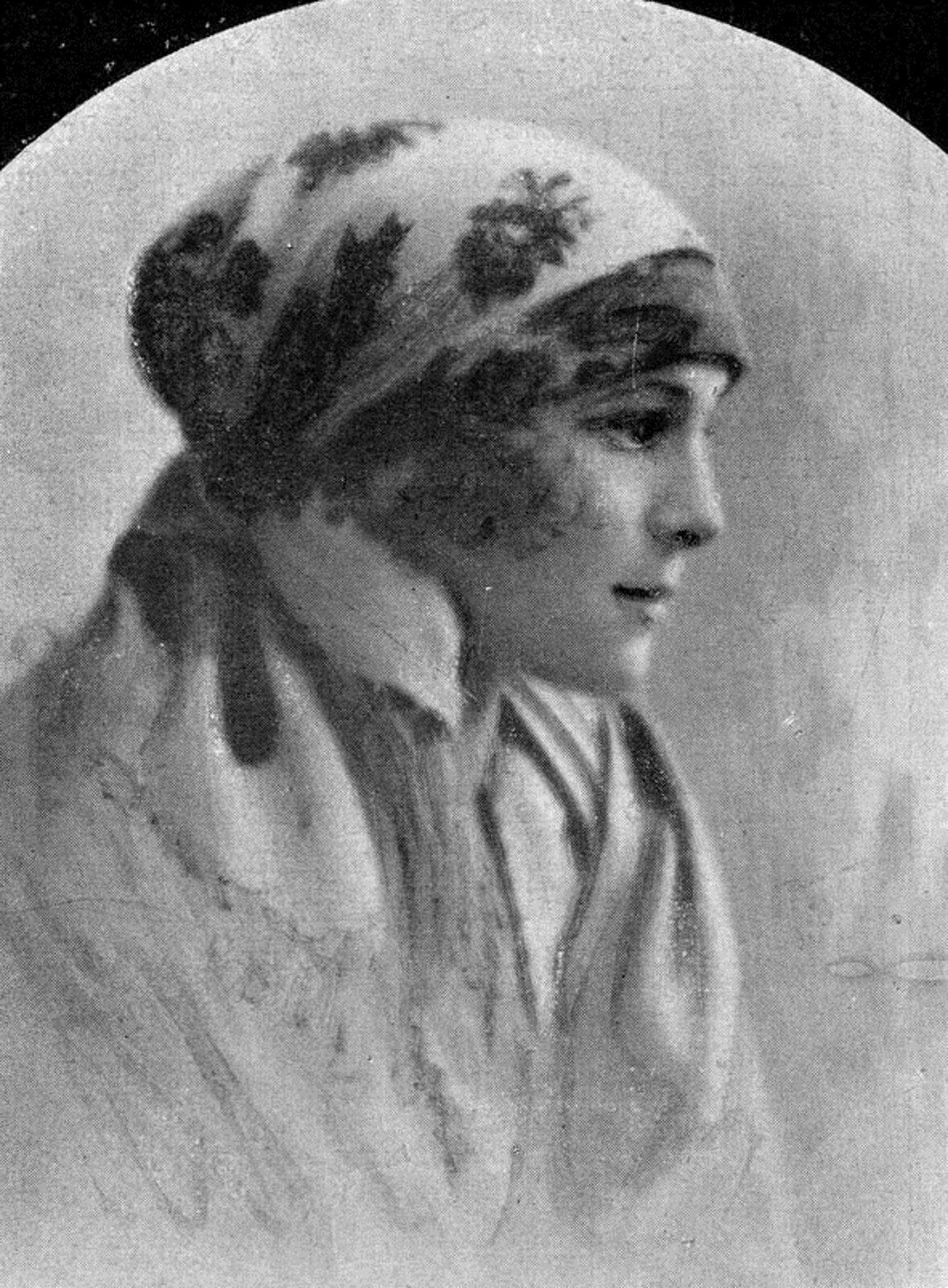 Fotografia przedstawia Helenę Roj-Rytardową. Młoda kobieta wchustą na głowie, która ma wzór kwiatowy. Helena ma twarz delikatną, bladą, lekko uśmiecha się.