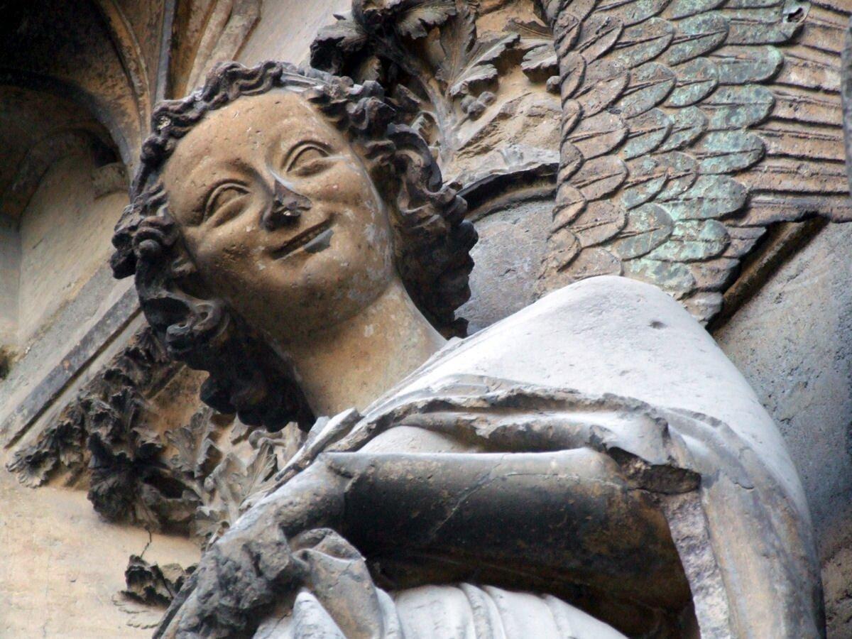 """""""Śmiejący się anioł"""", zachodni portal katedry """"Śmiejący się anioł"""", zachodni portal katedry Źródło: ok. 1245–1250, domena publiczna."""