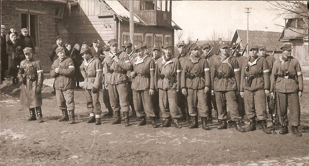 """Pluton """"Bosego"""" 3 Wileńska Brygada Armii Krajowej Źródło: Pluton """"Bosego"""", 1944, album 3 Brygady - koło kresowe ŚZŻ AK wSzczecinie, domena publiczna."""