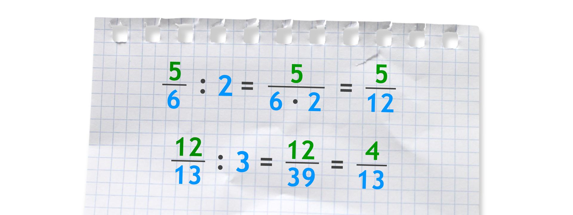Dwa przykłady. Pierwszy: pięć szóstych dzielone przez 2 (w liczniku ułamka 5, wmianowniku 6 razy 2) równa się pięć dwunastych. Drugi: dwanaście trzynastych podzielone przez 3 równa się dwanaście trzydziestych dziewiątych równa się cztery trzynaste.