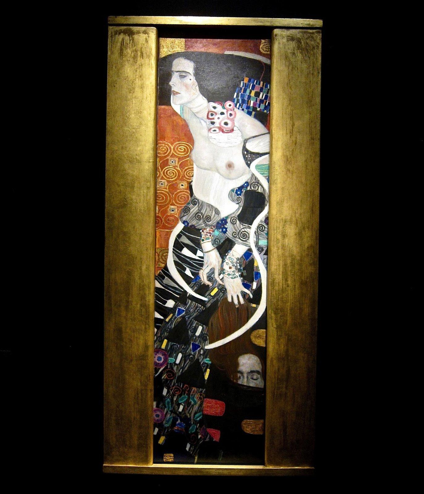 """Ilustracja interaktywna przedstawia obraz pod tytułami """"Wąż wodny I"""", autorstwa Gustava Klimta. Obraz przedstawia dwie rudowłose kobiety. Jedna wnienaturalnej pozycji. Jej głowa jest ułożona równolegle do jej ciała. Włosy przykrywają jej jedną pierś, atakże część tułowia. Jej ciało jest nienaturalnie długie. Obejmuje jedna ręką głowę drugiej kobiety, która ułożona jest tyłem do obserwującego. Wokół kobiet widoczne są cętki skóry węża. Dodatkowe informacje na temat następujących informacji: 1. Wąż wodny Ipowstaje po podróży do Włoch, gdzie Klimt zachwyca się mozaikami bizantyjskimi wRawennie. Powodują one, że zaczyna używać jeszcze więcej złoceń. Obraz malowany jest farbami wodnymi oraz złotem na pergaminie. Przepojony erotyzmem idekoracyjność ukazuje dwie nagie kobiety splecione wuścisku. Zamiast nóg widzimy wężowe giętkie formy pokryte perlistymi pociągnięciami pędzla, co przywodzi na myśl nagradzane muszelek ilegendy osyrenach. Punkt 1: Wąż wodny Ipowstaje po podróży do Włoch, gdzie Klimt zachwyca się mozaikami bizantyjskimi wRawennie. Powodują one, że zaczyna stosować jeszcze więcej złoceń. Obraz malowany jest farbami wodnymi oraz złotem na pergaminie. Przepojony erotyzmem idekoracyjnością ukazuje dwie nagie kobiety splecione wuścisku. Zamiast nóg widzimy wężowe giętkie formy pokryte perlistymi pociągnięciami pędzla, co przywodzi na myśl nagromadzenie muszelek ilegendy osyrenach."""