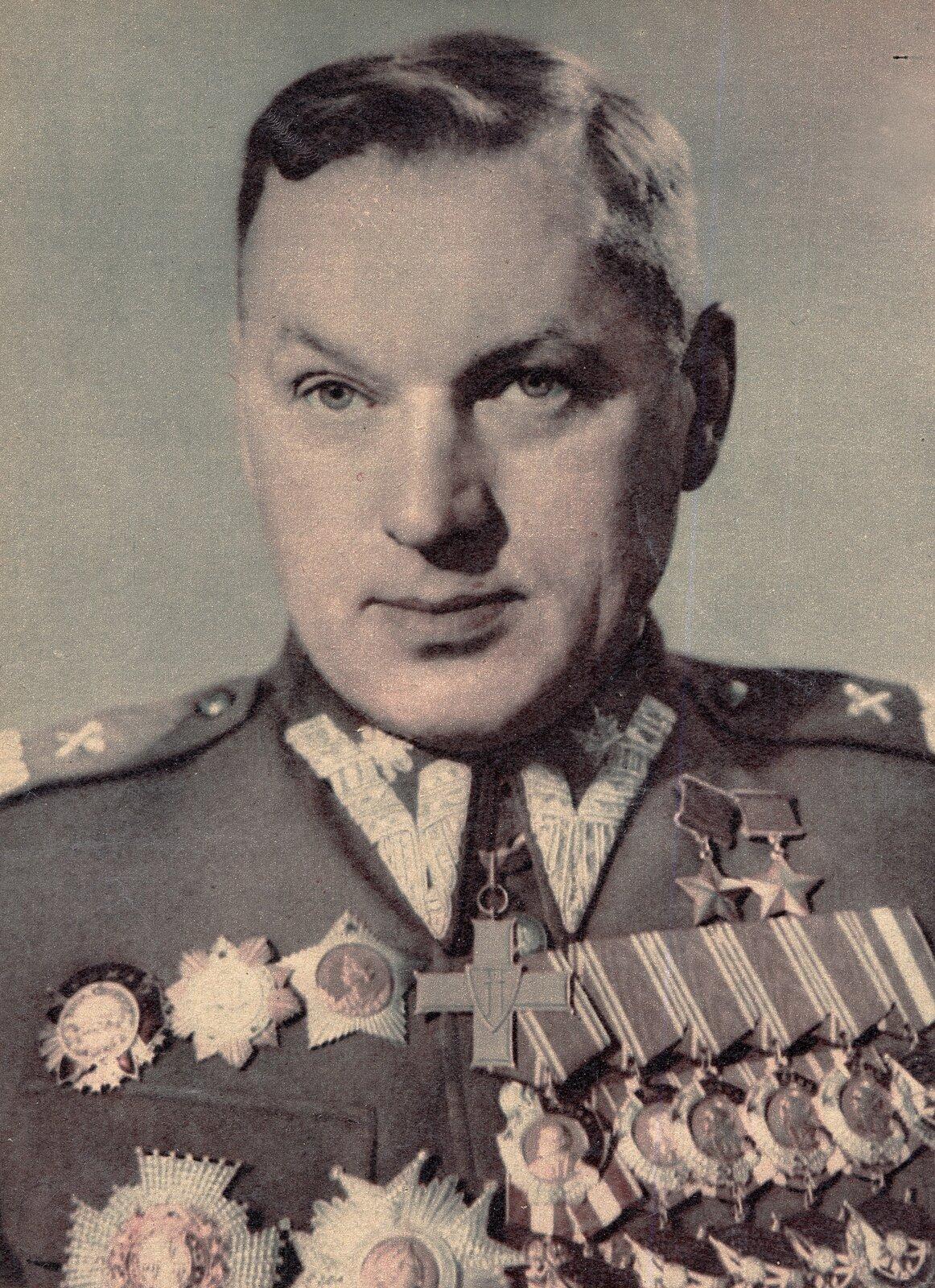 Konstanty Rokossowski wpolskim mundurze Konstanty Rokossowski, ur. w1896 wWielkich Łukach we wschodniej Białorusi, zm. w1968 wMoskwie, marszałek radziecki ipolski. Wczasie wojny radziecko-niemieckiej wlatach 1941–1945 dowodził kilkoma frontami; wlatach 1949–1956 był ministrem obrony narodowej Polski, członkiem Biura Politycznego KC PZPR; następnie wyjechał do ZSRR, gdzie był między innymi wiceministrem obrony narodowej (1958–1962).(Na podstawie: Encyklopedia PWN). Źródło: Roman Burzyński, Konstanty Rokossowski wpolskim mundurze, 1949, fotografia, Przekrój, domena publiczna.