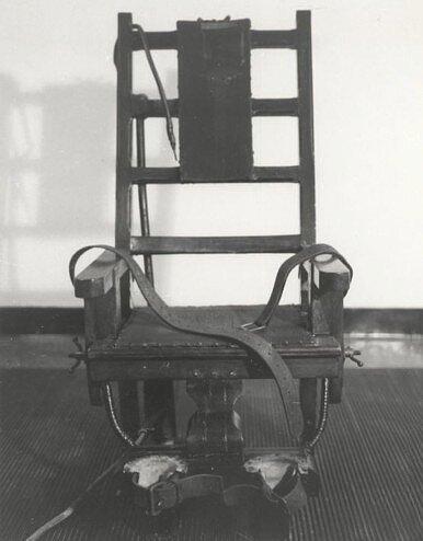 Krzesło zwięzienia Sing Sing wOssining (stan Nowy Jork), jedno znajsłynniejszych (stracono na nim największą liczbę osób) Źródło: Krzesło zwięzienia Sing Sing wOssining (stan Nowy Jork), jedno znajsłynniejszych (stracono na nim największą liczbę osób), licencja: CC 0.