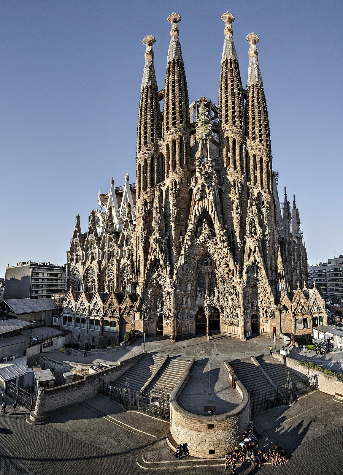 Temple Expiatori de la Sagrada Familia wBarcelonie, projekt Antonio Gaudi, budowana od 1882 roku, stan z2012. Temple Expiatori de la Sagrada Familia wBarcelonie, projekt Antonio Gaudi, budowana od 1882 roku, stan z2012. Źródło: Sagrada Família (oficial), 2012, licencja: CC BY-SA 3.0.