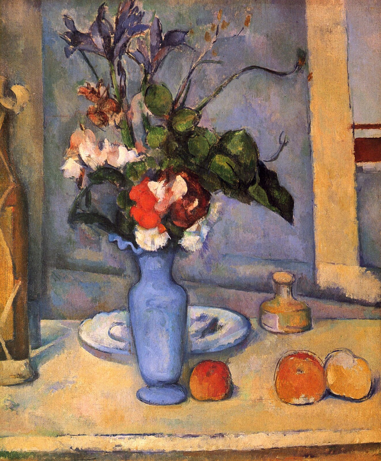 """Ilustracja przedstawia obraz olejny """"Błękitny wazon"""" autorstwa Paula Cézannea. Artysta, przy pomocy szerokich pociągnięć pędzla namalował martwą naturę zwazonem kwiatów. Wcentrum kompozycji znajduje się ustawiony na beżowo-żółtym blacie stołu, jasno-niebieski, wysmukły flakon. Umieszczone we flakonie czerwone ibiałe kwiaty otoczone są zielonymi, szerokimi liśćmi, znad których wystają wysmukłe kielichy fioletowo-niebieskich irysów. Po prawej stronie bukietu leżą trzy czerwono-żółte jabłka, natomiast za nim biały talerz oraz mała, żółto-zielona buteleczka. Po lewej stronie kompozycji znajduje się fragment brązowej butelki, której reszta znajduje się poza kadrem obrazu. Tło stanowi chłodna, szaro-fioletowo-zielonkawa ściana zżółtym, świetlistym kawałkiem framugi okna po prawej stronie. Artysta nie skupia się na wiernym odzwierciedleniu natury. Nie dba odetal. Obraz ma charakter notatki, gdzie twórca przy pomocy czystych kolorów iszybkich pociągnięć pędzla chce oddać swoje emocje wstosunku do zastanej sytuacji.  Wutrzymanej wszerokiej gamie barw pracy dominują ciepłe żółcie ichłodne szare błękity. Znajdujący się wcentrum obrazu czerwono-zielono-biały bukiet stanowi akcent kolorystyczny otwartej kompozycji."""